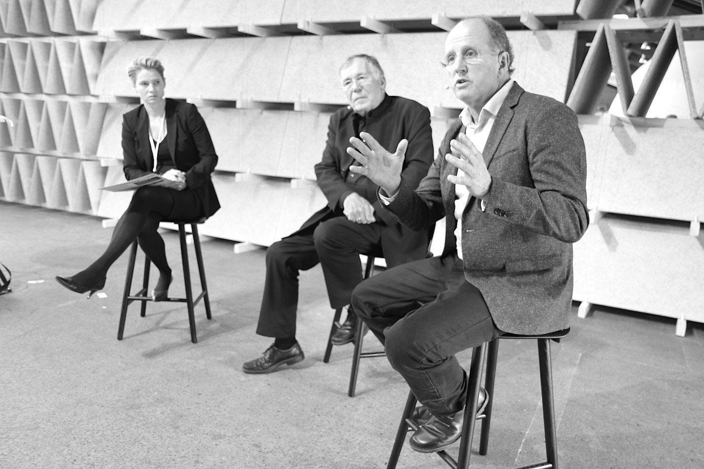 """Rising Architecture Week. """"What are the opportunities and challenges of urbanisation?"""", so das Thema von Rob Adams (re.) und Jan Gehl. Moderiert von der Journalistin Nynne Bjerre Christensen"""