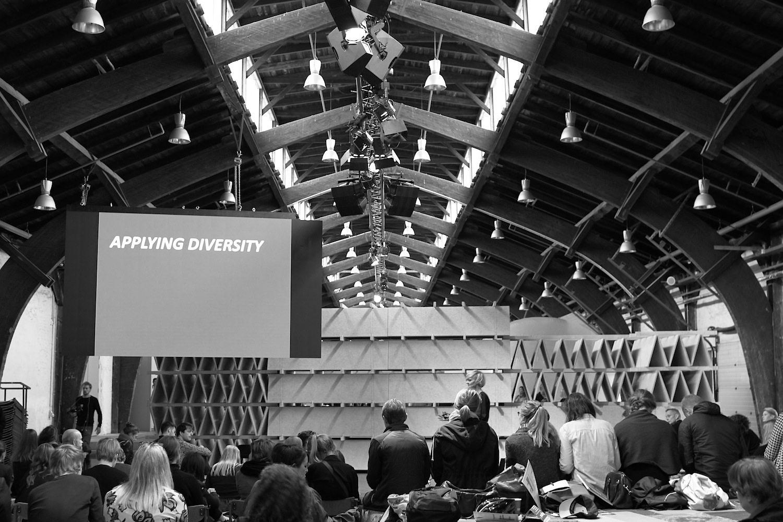 Rising Architecture Week. Mehrere Redner und Fachleute sprachen über gute Architektur und die Chancen heutiger Stadtplanung. Vier Ausstellungen und Workshops flankierten das Programm.