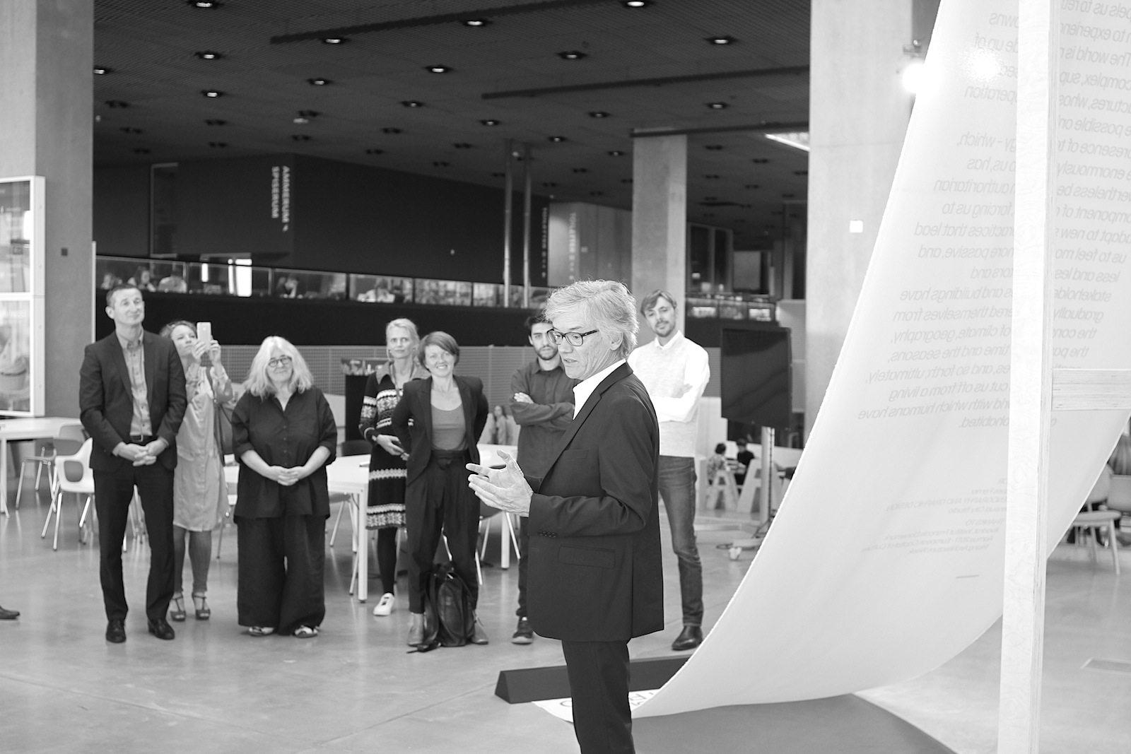 """Rising Architecture Week. Der französische Architekt Jacques Ferrier bei der Eröffnung seiner Ausstellung """"A path towards the Sensual City"""""""