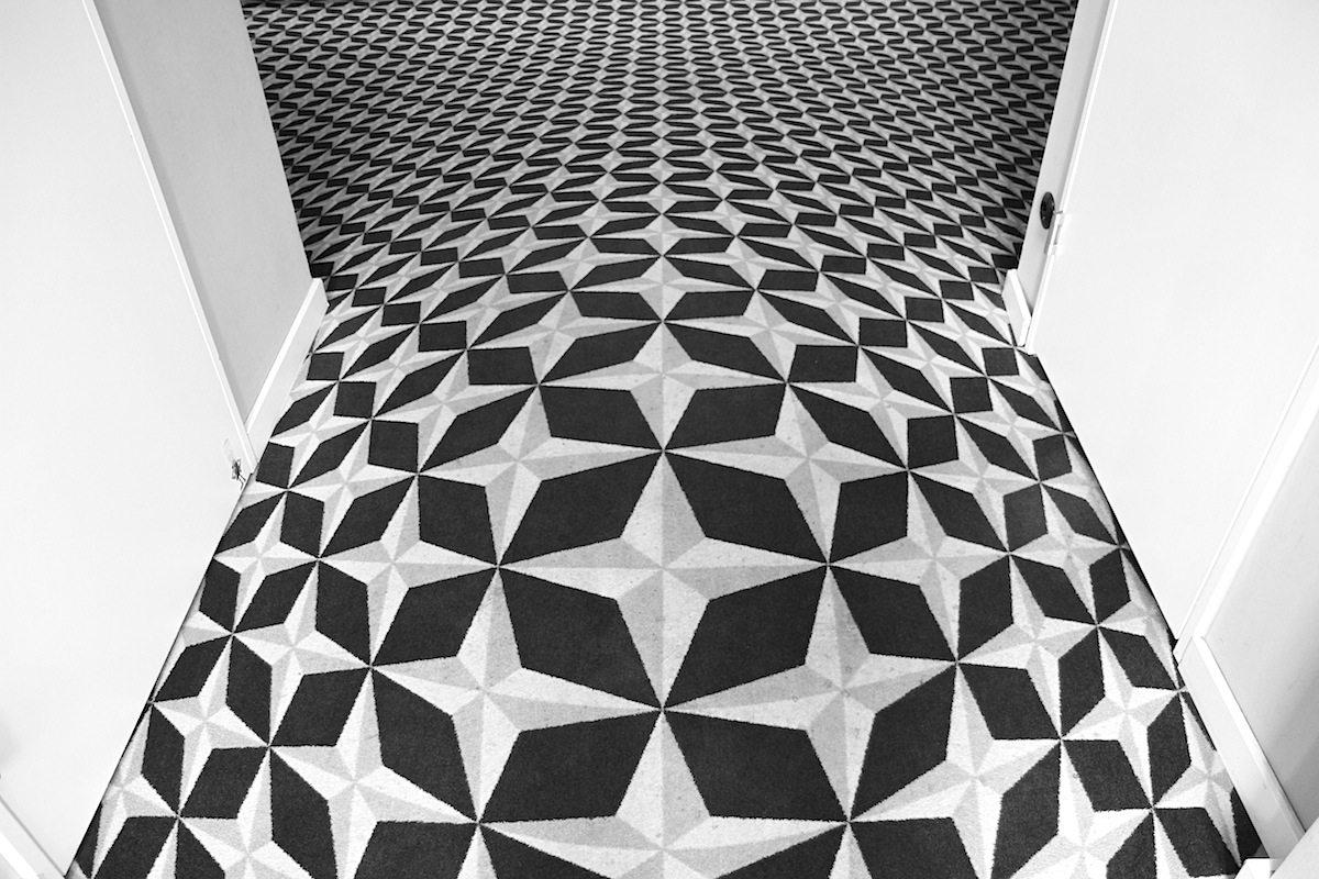 Weltspiegel. Die Gestaltung des Innenarchitekten Fehre ist eine Hommage an die Kinogeschichte, zu sehen auch im Eingangsbereich mit dem dreidimensional anmutenden Teppich.