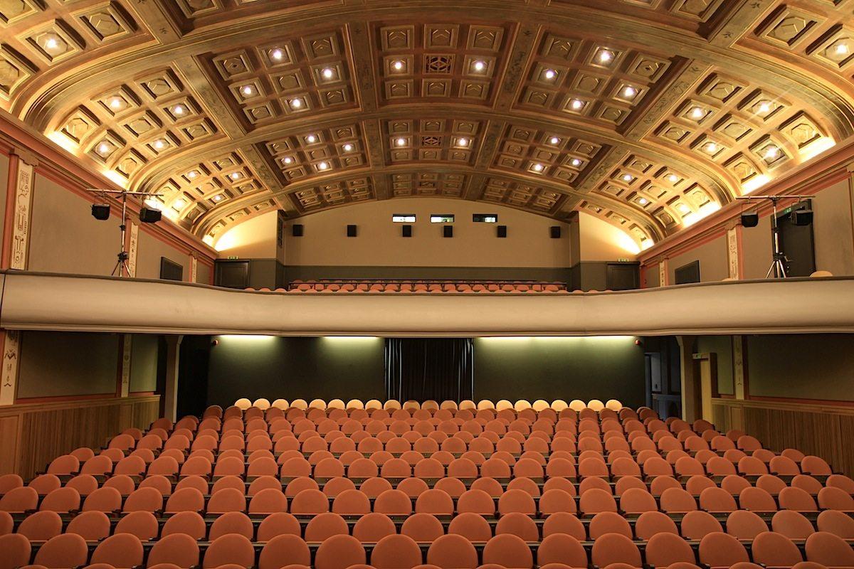 Weltspiegel. Der Umbau durch Fehre ist 2017 mit dem renommierten Iconic Award ausgezeichnet worden. Einer der Höhepunkte des Kinos: der große Saal mit 500 Plätzen und der Kassettendecke.