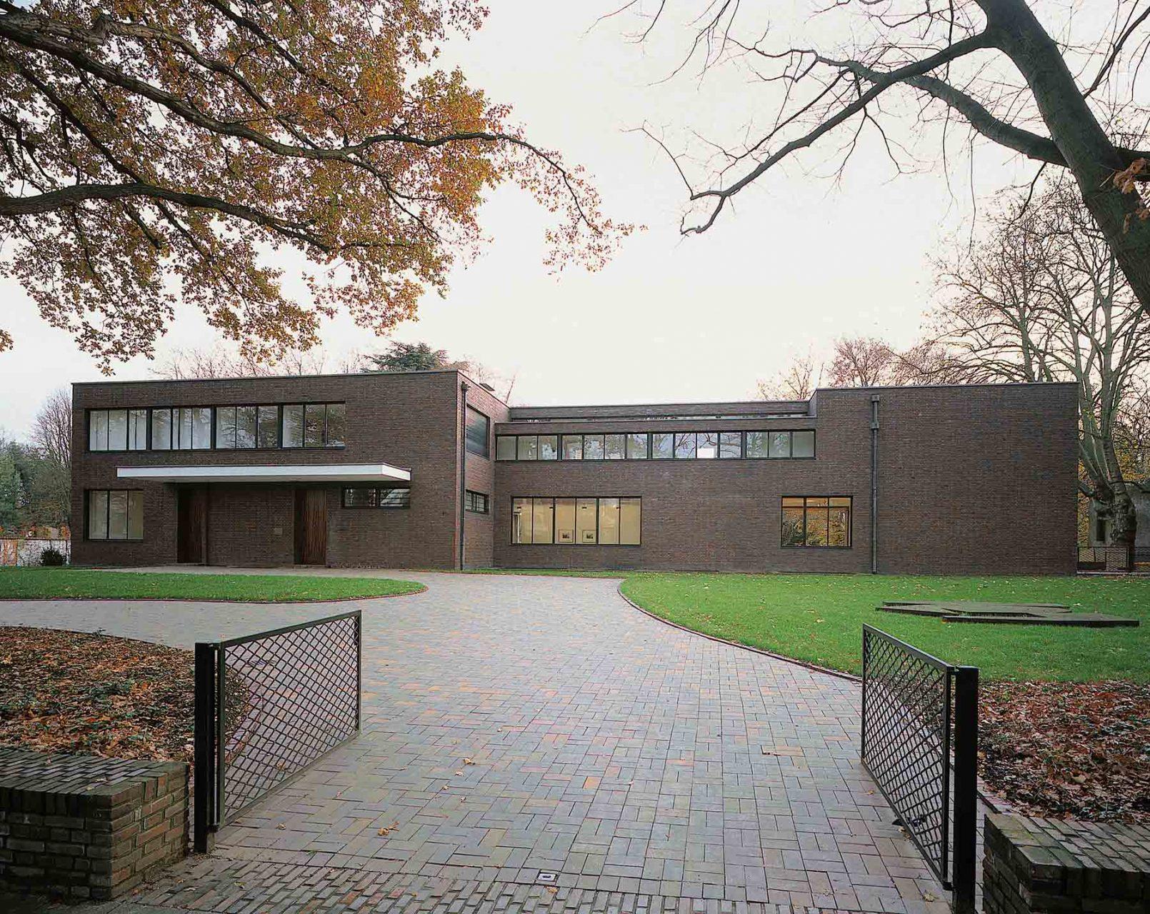 Haus Lange. Die Direktorenvillen wurden nach den Plänen von Mies van der Rohe zwischen 1927 und 1930 errichtet.
