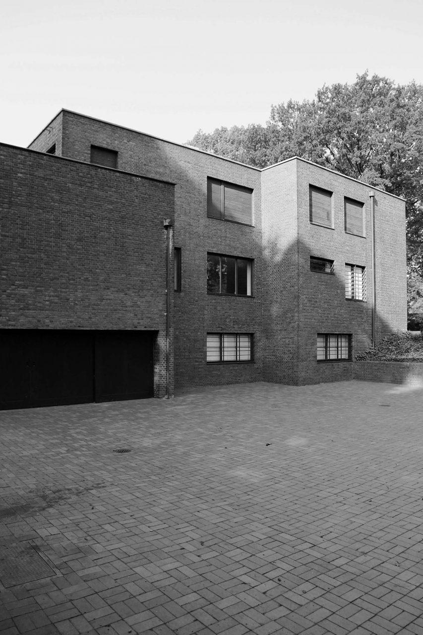 Haus Lange. Die zweigeschossigen Häuser konstruierte er aus Mauerwerk und Stahlträgern.