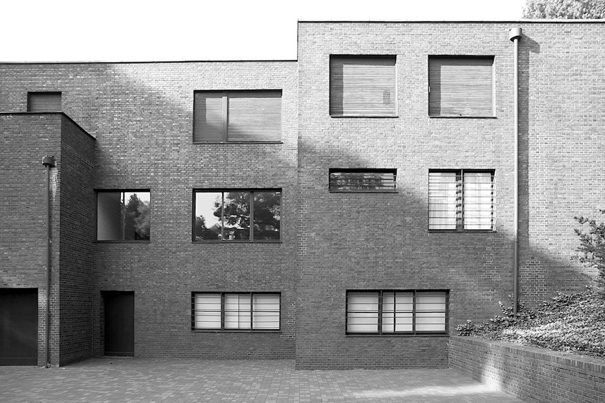 Haus Lange. Die Fassaden wurden mit dunkelrotem Backstein verkleidet.