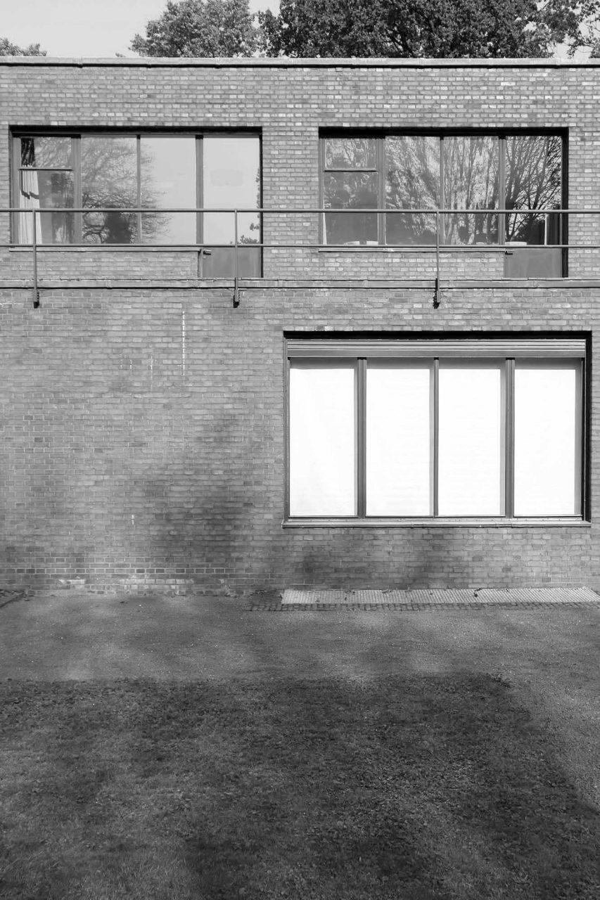 Haus Esters. ... den Raumfluss zwischen innen und außen durch die ungeteilten Glasflächen und feinen Fensterrahmen verstärkt.