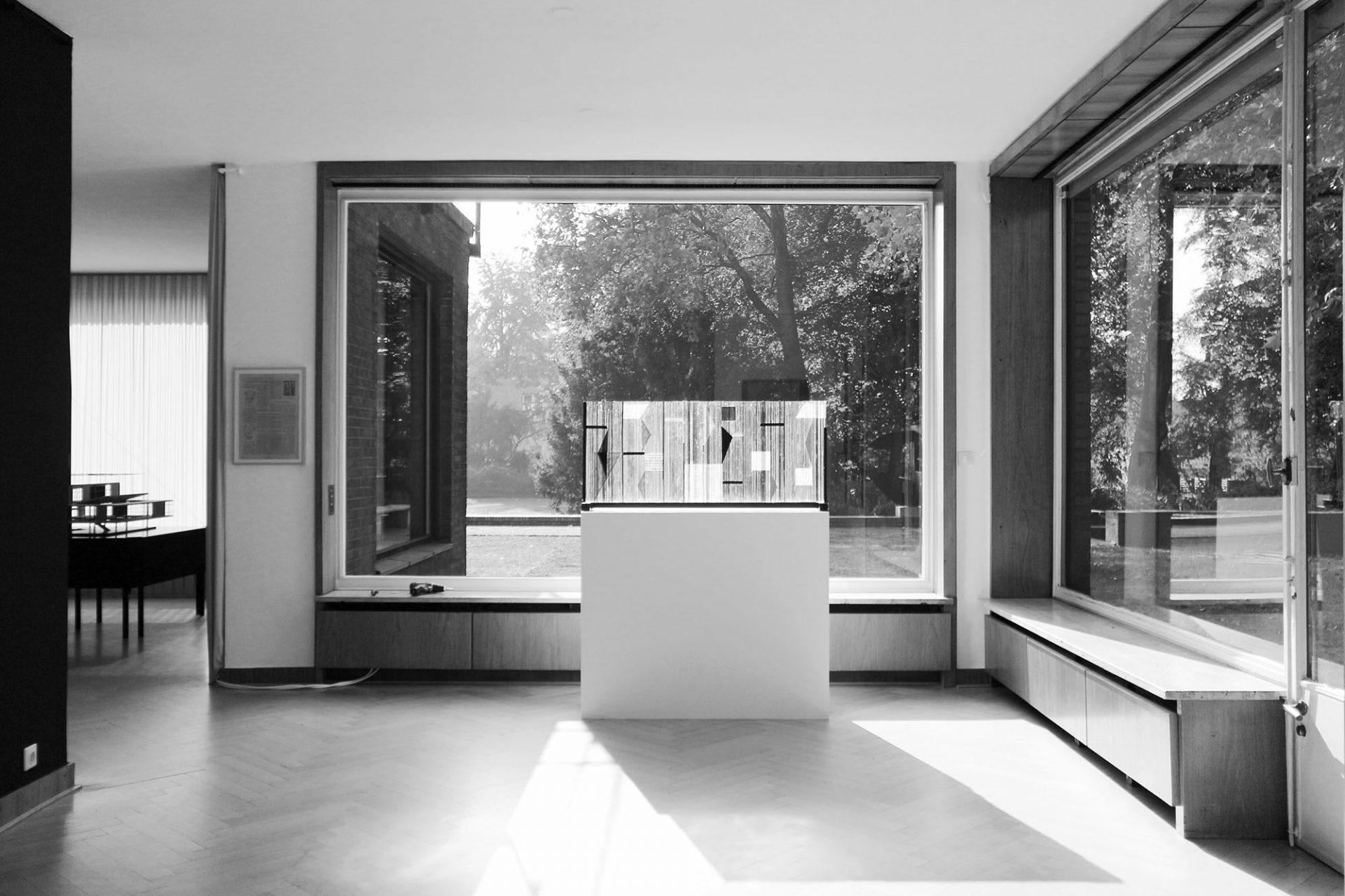 Haus Lange. Große Fensteröffnungen und niedrige Brüstungshöhen
