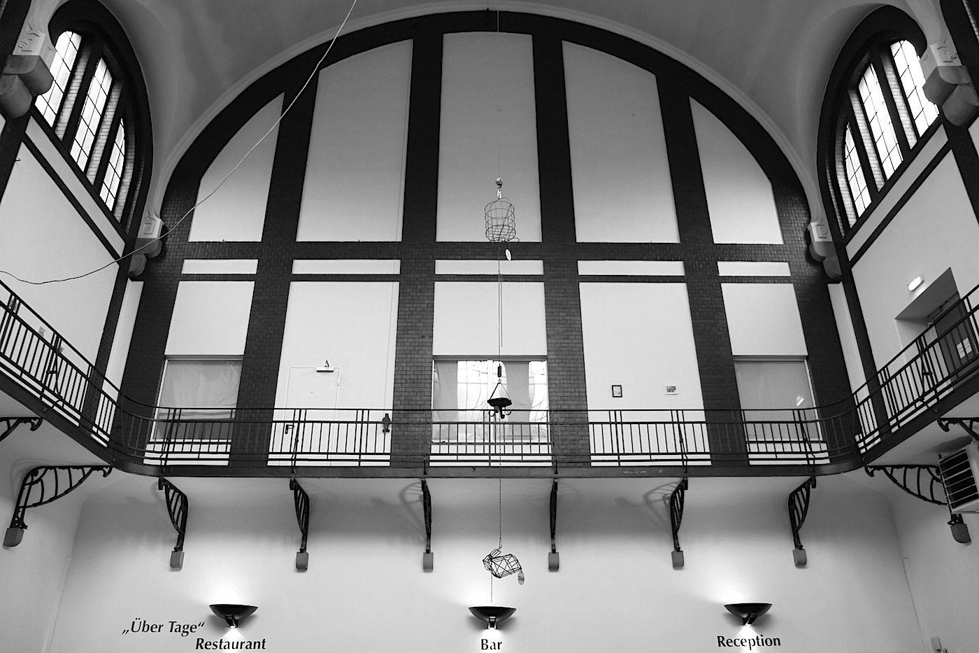 Alte Lohnhalle. Imposant: das hohe Gewölbe, das den Eingangsbereich, die Lobby und Rezeption überspannt.