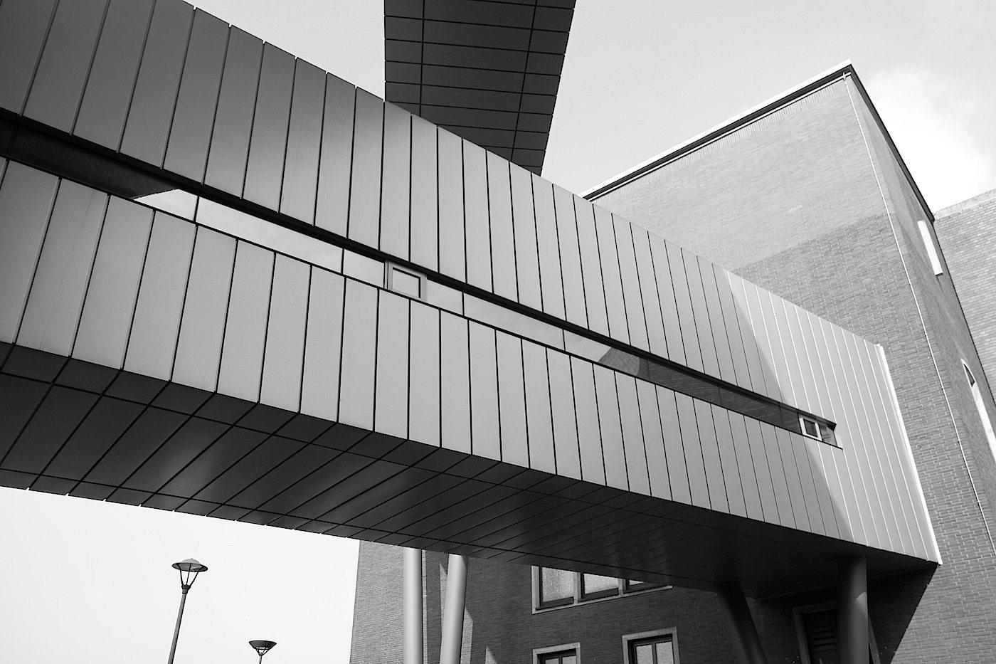 Deutsches Bergbau Museum. Die Erweiterung mit den großen, verglasten Treppengängen stellt einen Schnitt durch ein Stollensystem dar.