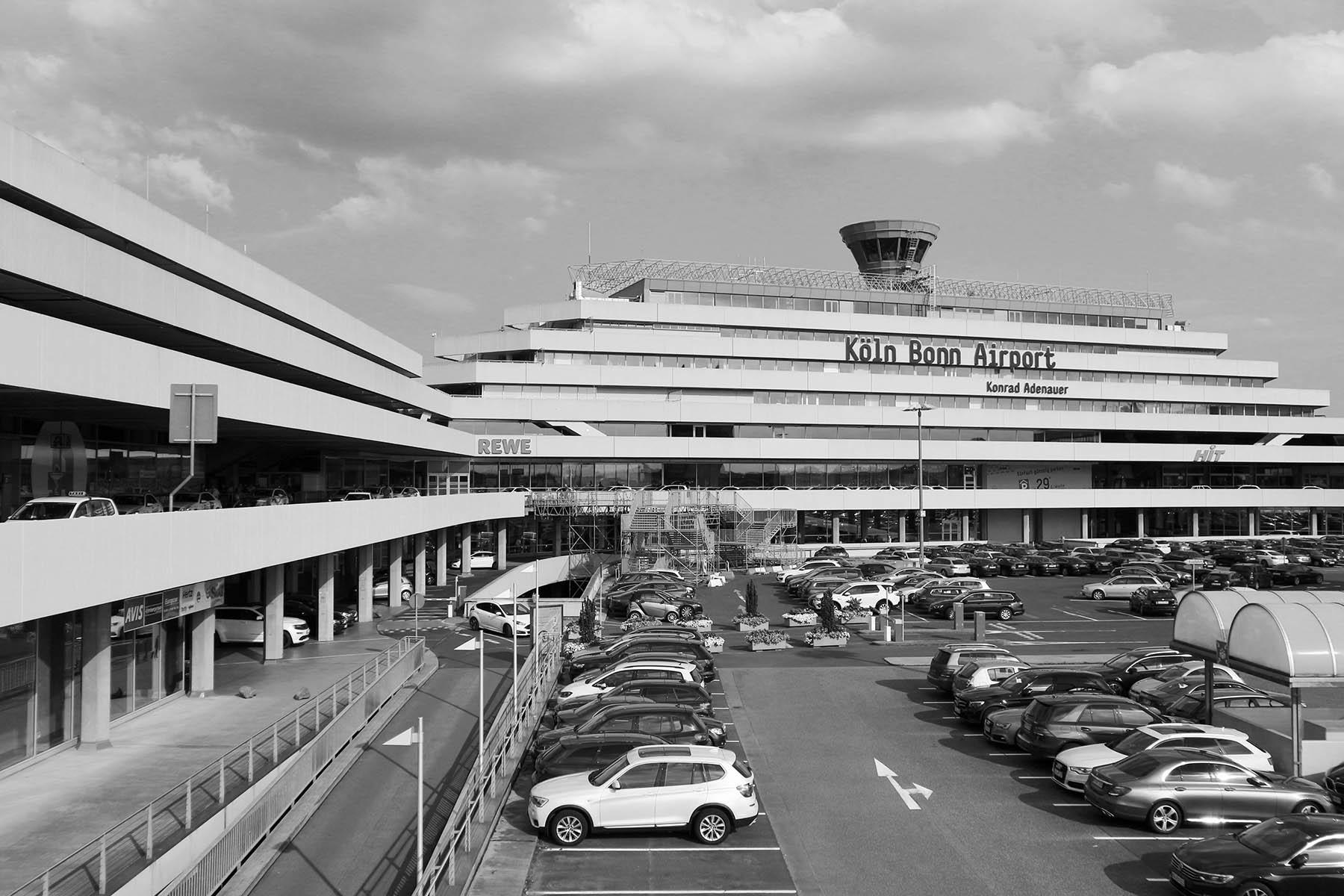 Flughafen Köln Bonn. Der erste Terminal wurde 1970 eröffnet und vom Architekten Paul Schneider von Esleben (PSE) entworfen.