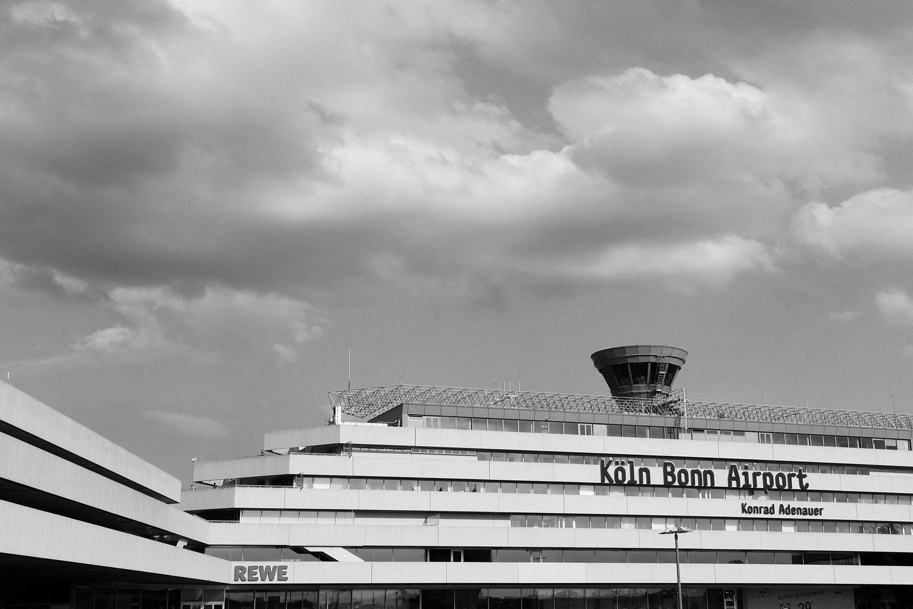 """Flughafen Köln Bonn. Sein Drive-In-Konzept: ein Flughafen der kurzen Weg. Die Erweiterung """"Starwalk"""" wurde von Helmut Jahn geplant, ebenso Terminal 1 (Eröffnung: 2000) und der Bahnhof (Eröffnung: 2004)."""