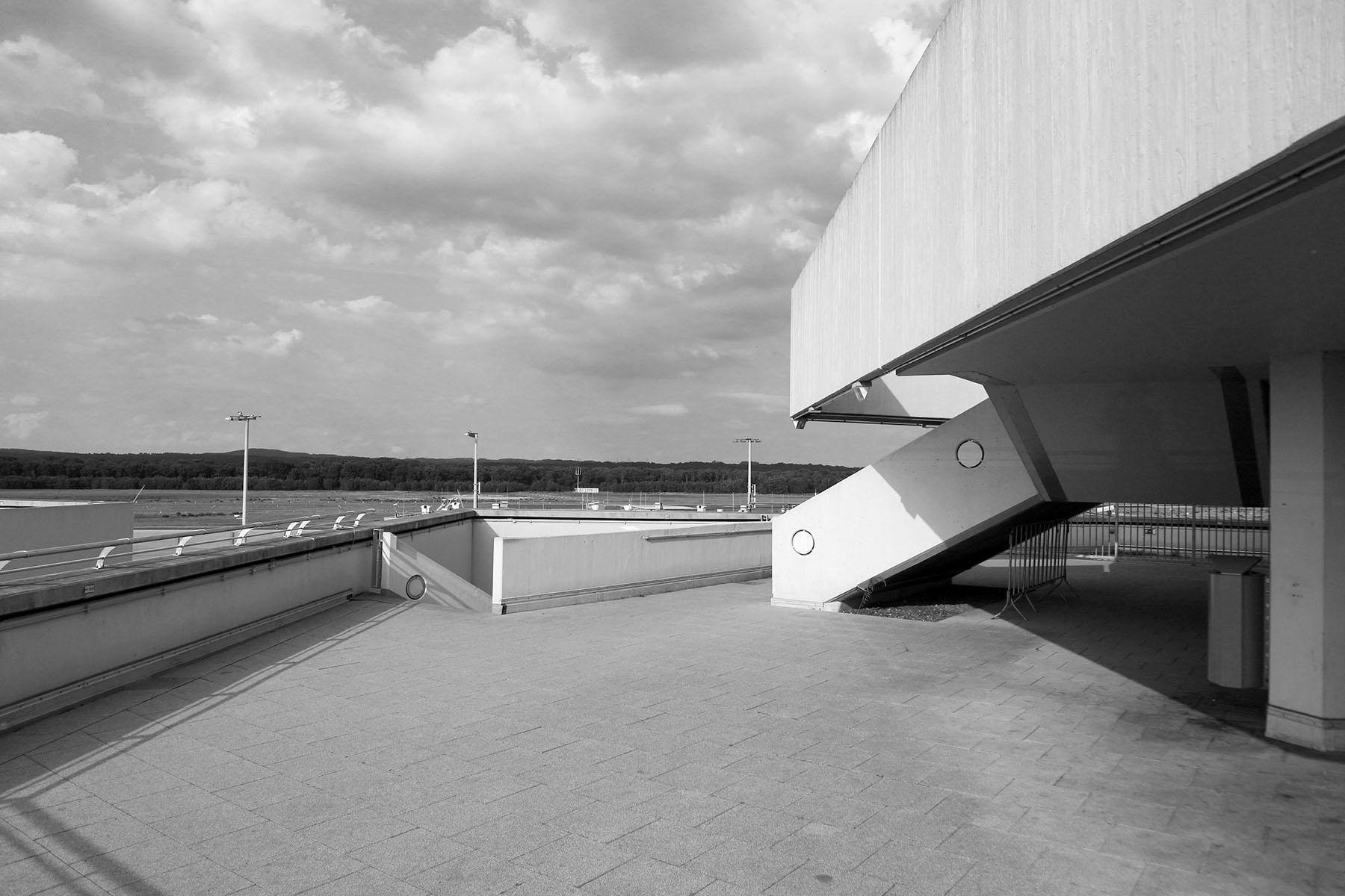 Flughafen Köln Bonn. Im Terminal 1 gibt es zwei Besucherterassen: eine Im Bereich des Abfluges C/T1 und eine –weniger bekannte – im Bereich des Abfluges B/T1.