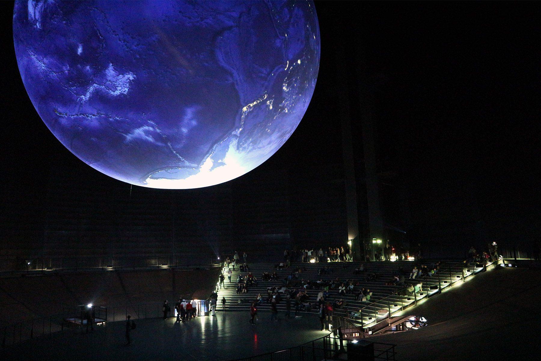 Gasometer. XXL-Projektion: Der Rundgang gipfelt im Blick auf eine 20 Meter große Erdkugel, die im 100 Meter hohen Luftraum des Gasometers schwebt.