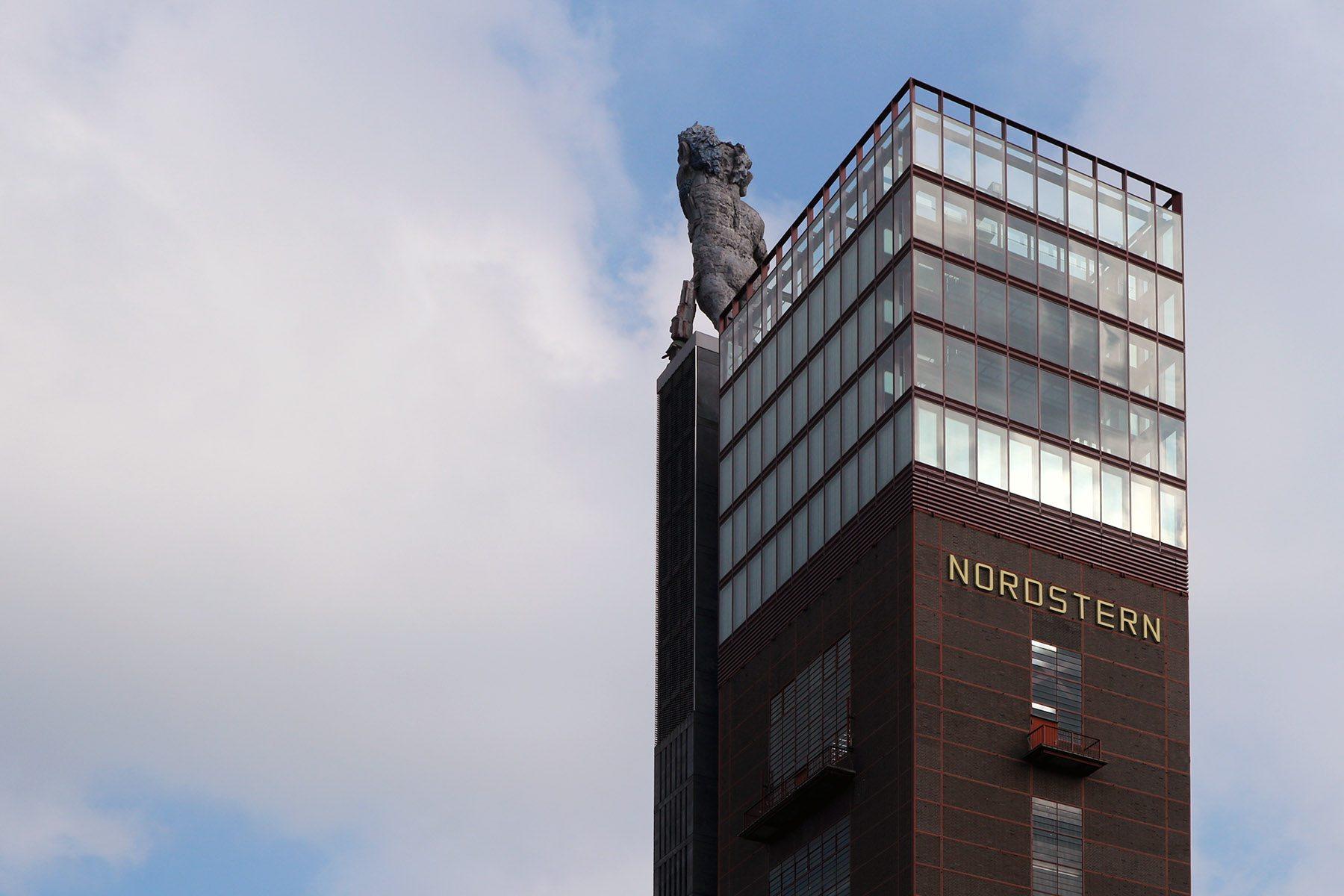 Nordsternpark.  mit dem Nordsternturm und der Großskulptur des einarmigen Herkules von Markus Lüpertz.