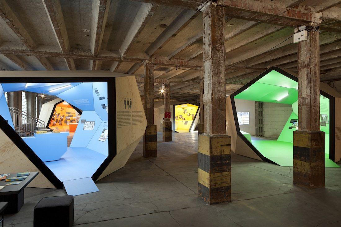 """Alle wollen wohnen. Für die Ausstellung wurden fünf thematische Häuser gezeigt: """"Küche. Diele. Bad"""", """"Die Akteure"""", """"Recht auf Wohnen"""", """"Das Haus"""" und """"Wohngebiete""""."""