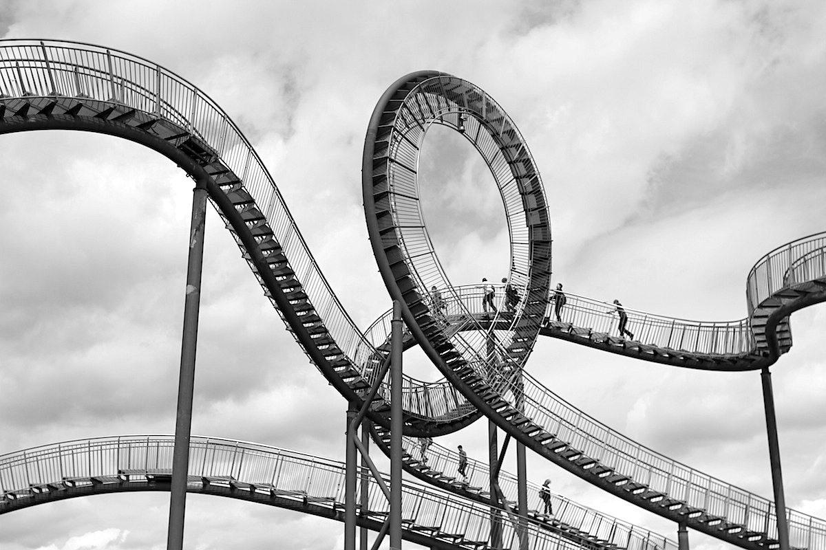 Tiger and Turtle – Magic Mountain. Besucher können Kurven und Treppen der 21 Meter hohen ...