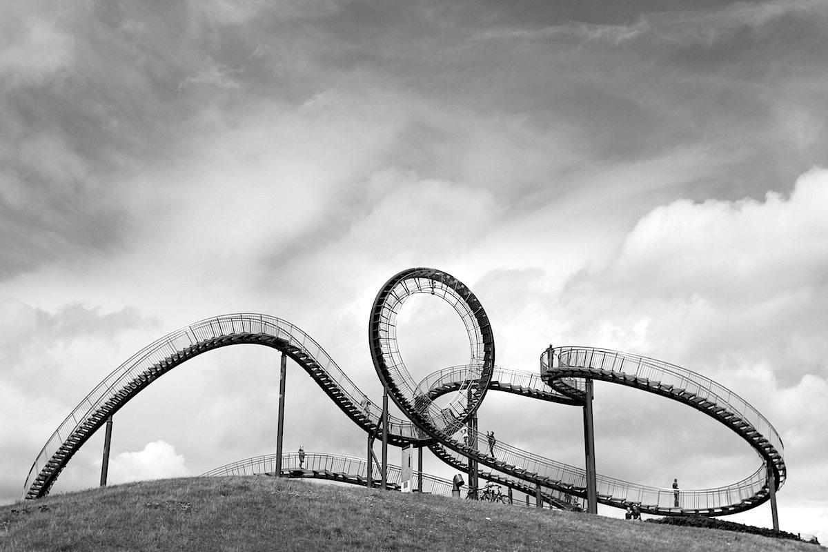 Tiger and Turtle – Magic Mountain. Tiger und Schildkröte stehen auf einer 33 Meter hohen, begrünten Industriehalde.