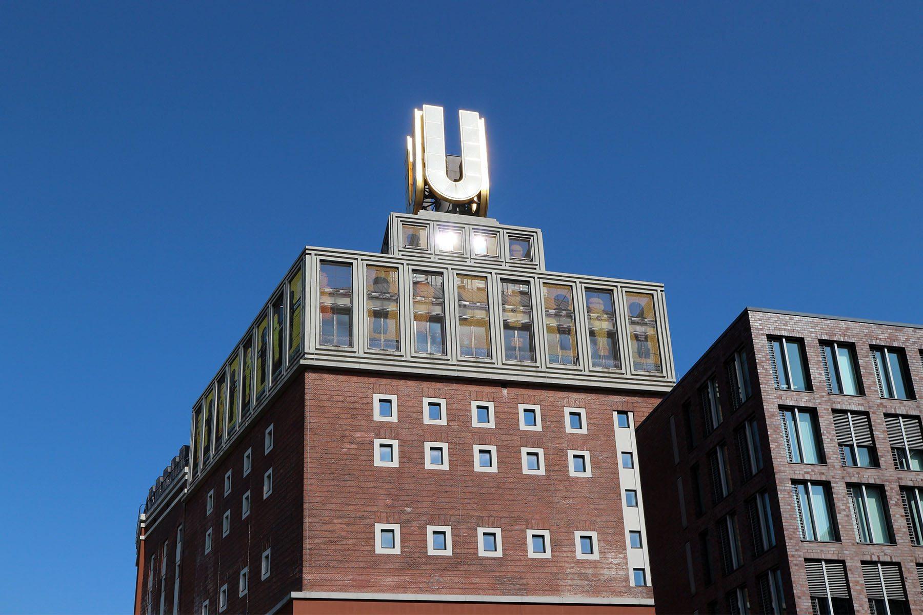 Dortmunder U.  Das neun Meter hohe und beleuchtete U wurde von Ernst Neufert entworfen.