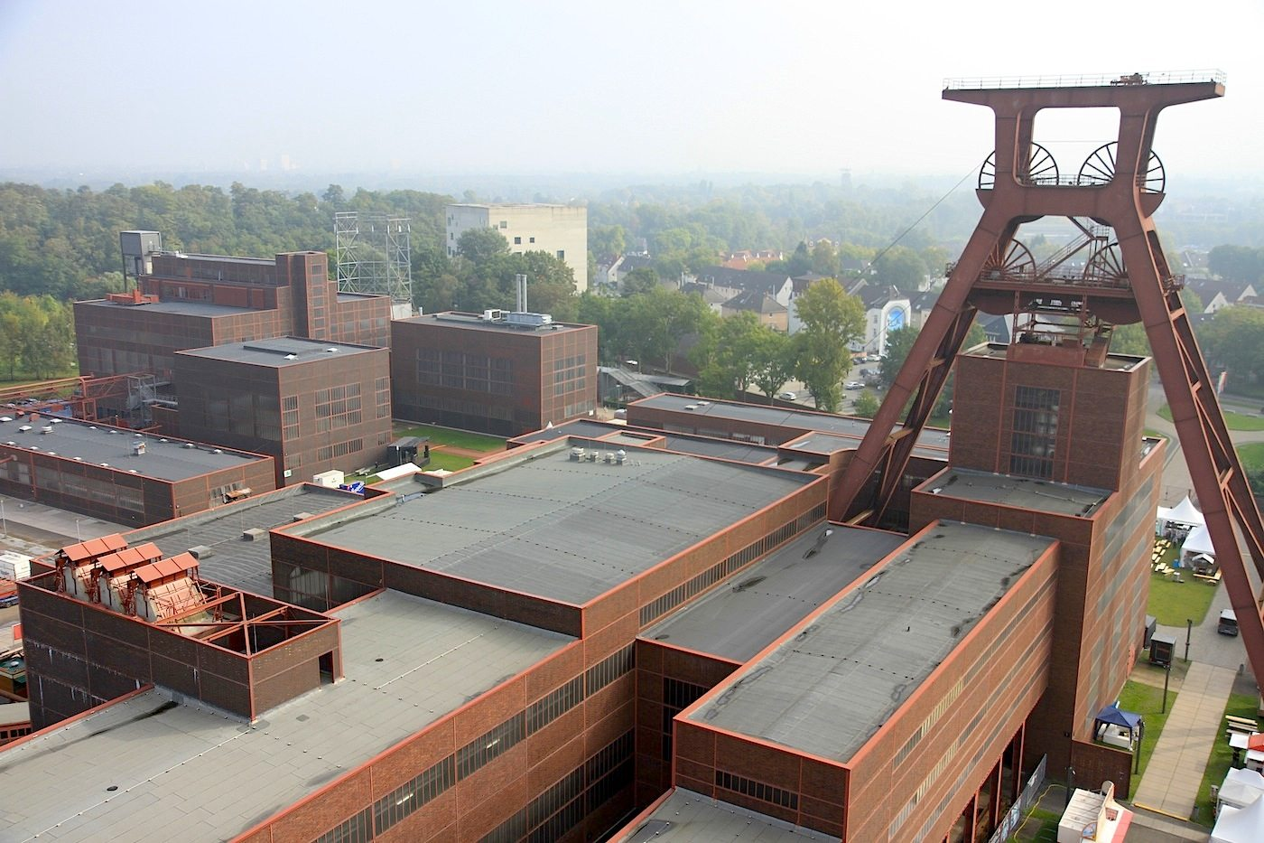 Zeche Zollverein. Die im Stil des Neuen Bauens entworfenen Gebäude sind symmetrisch angeordnet und bis ins Detail funktional und rational aufgebaut.