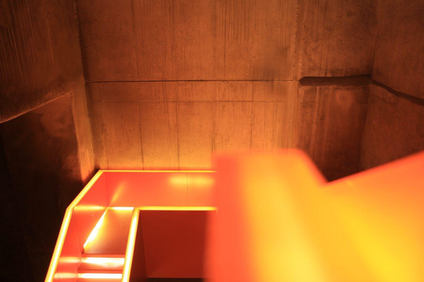 Zeche Zollverein.  LED-Profile leiten durch das Treppenhaus, das alle Ausstellungsebenen miteinander verbindet.