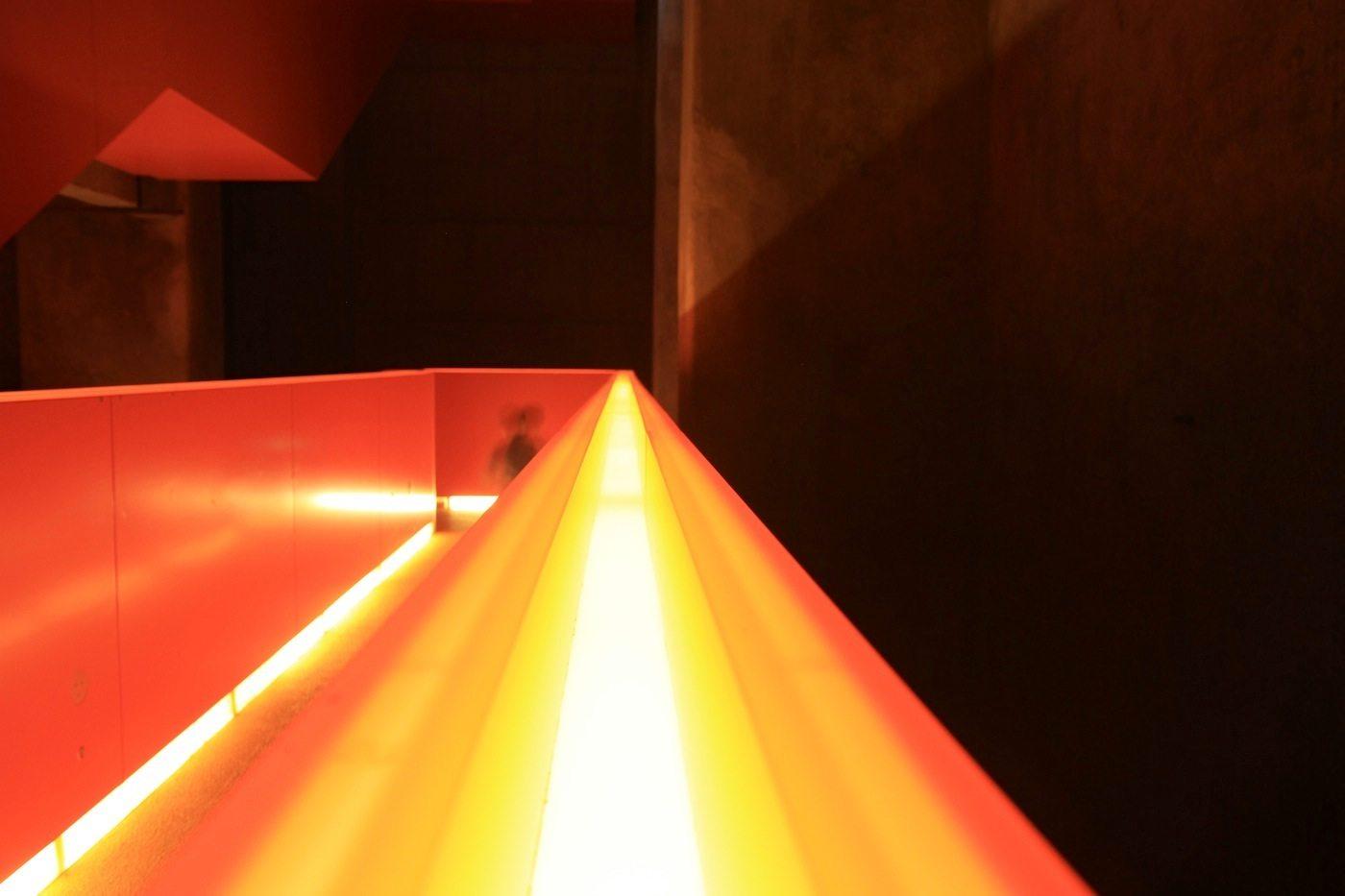 Zeche Zollverein.  Lichtbänder, die an Hitze, Glut und Stahl erinnern