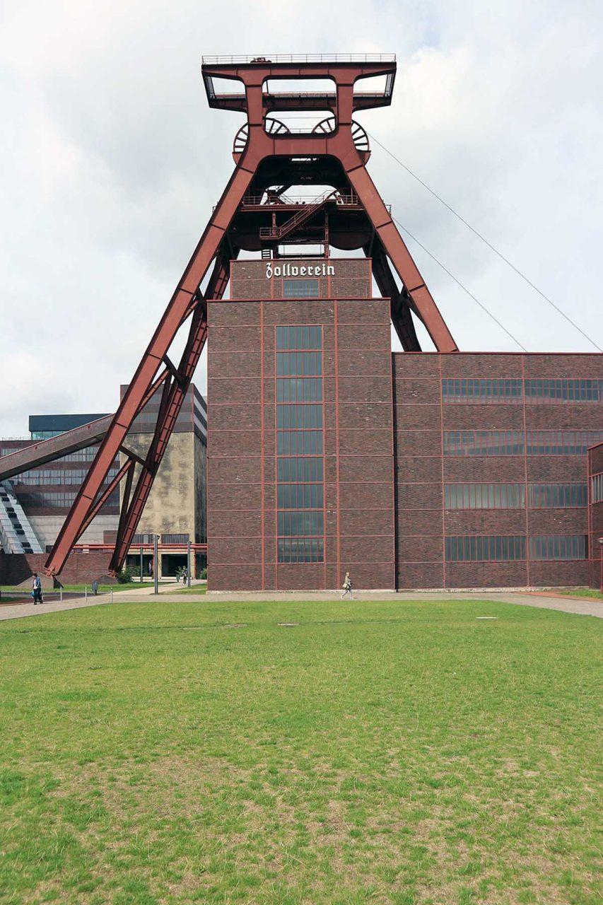 Zeche Zollverein.  Das UNESCO Weltkulturerbe ist zentrale Anlaufstelle der Route der Industriekultur. Entwurf: Fritz Schupp und Martin Kremmer. Fertigstellung der Schachtanlage 12 und weiterer Anlagen: 1931.