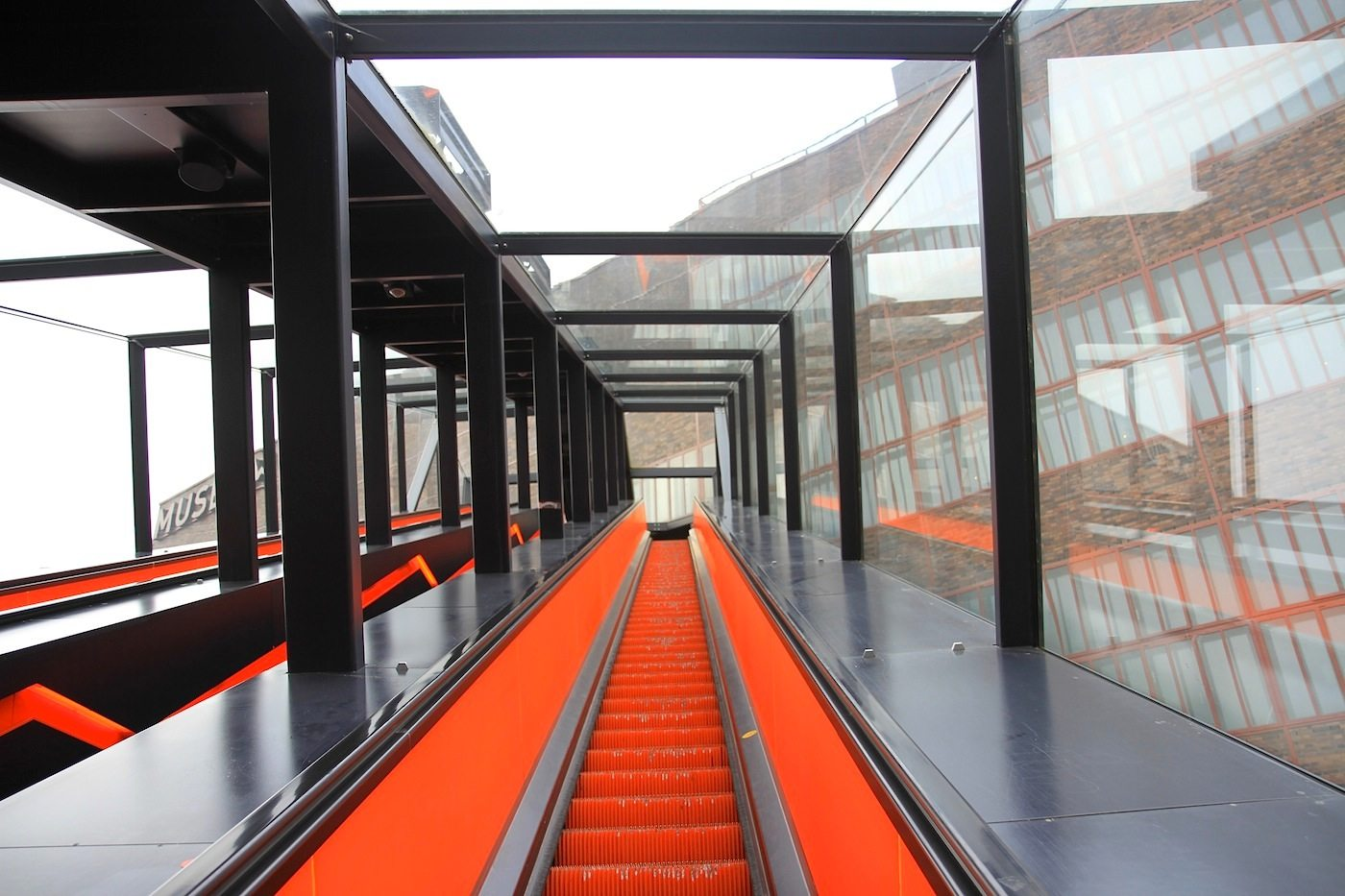 Zeche Zollverein. Die lange Gangway führt hoch zum Ruhr Museum in der ehemaligen Kohlenwäsche