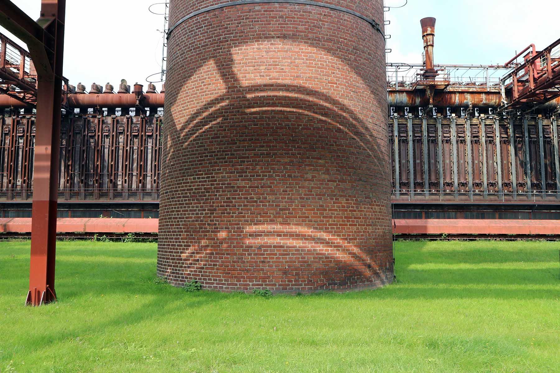 Zeche Zollverein.  Nach der Stilllegung übernahm das Land Nordrhein-Westfalen das Gelände von der damaligen Ruhrkohle AG. Die Anlage sollte nach China verkauft werden, doch es kam nicht zum Vertragsabschluss. Die Internationale Bauausstellung Emscher Park sprach sich für den Erhalt der Kokerei aus.