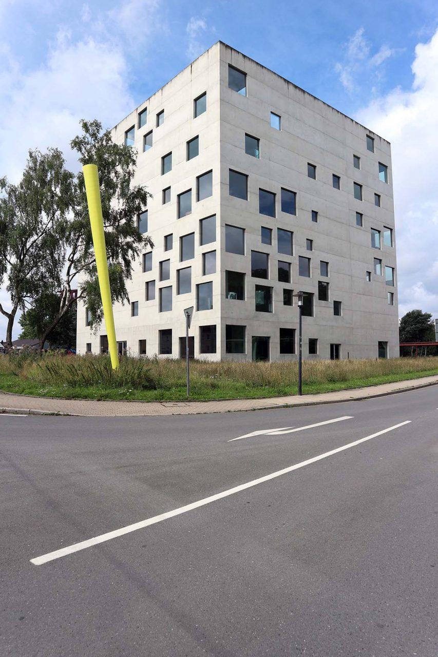 Zeche Zollverein. Der Solitär ist Teil des Zechen-Ensembles und fungiert als eine Art Leuchtturm-Bau, trotz (oder wegen) seiner 34 Meter hohen Kubus-Massivität.