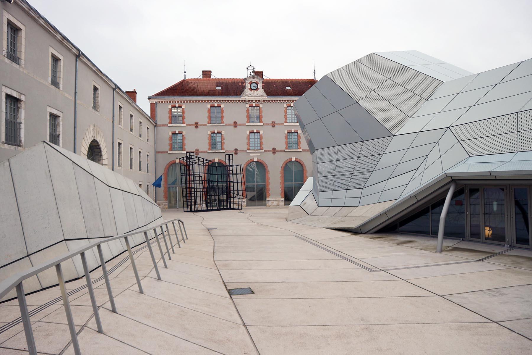 Biennale d'Architecture d'Orléans. Noch bis zum 1. April 2018 in Orléans und anderen Orten der Region Centre – Val de Loire (Loiretal) zu sehen. Hauptaustragungsort ist das FRAC Centre-Val de Loire.