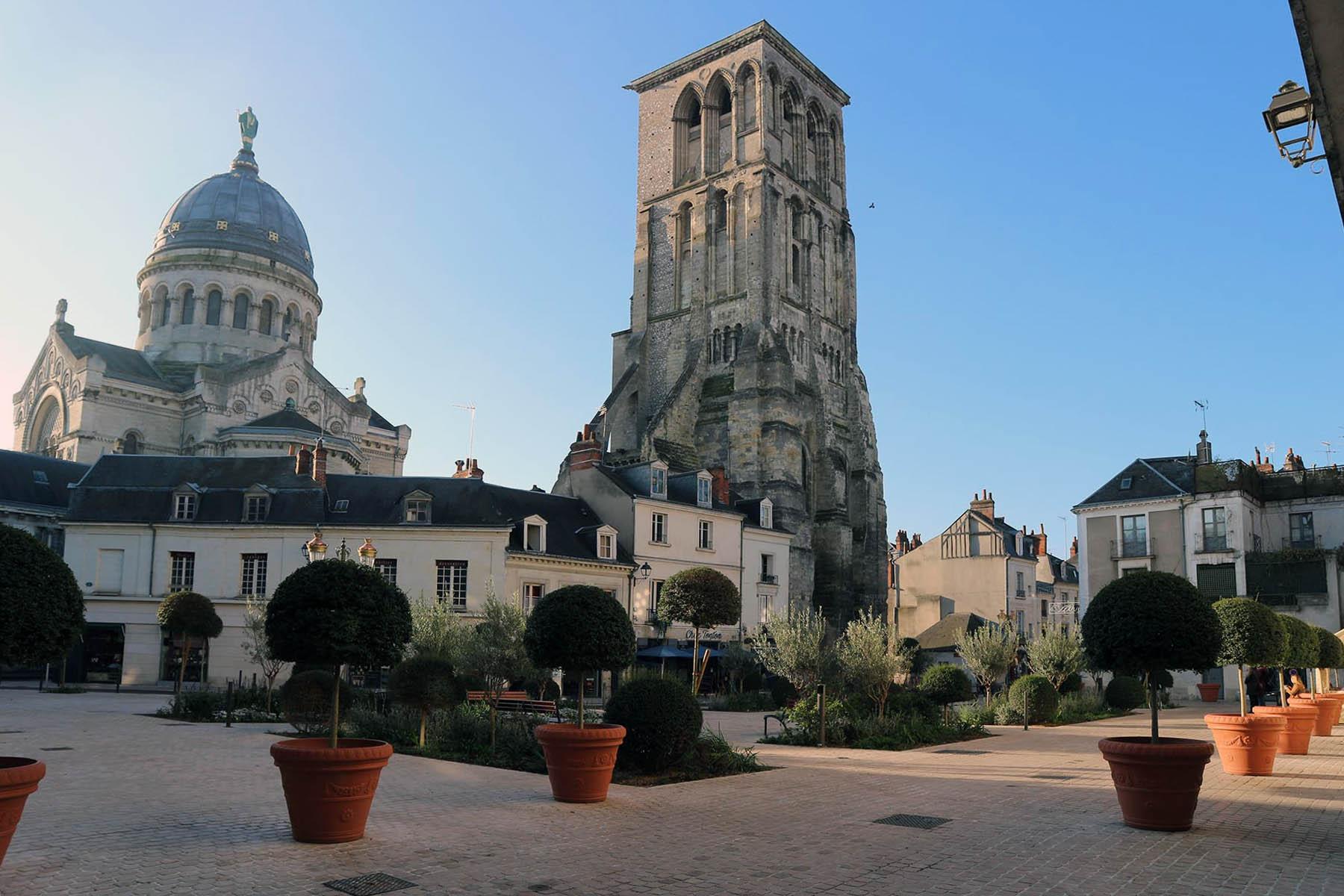 Tours. In der Altstadt verschmelzen knarzige Fachwerkhäuser und helle Tuffsteinfassaden mit Sakralbau-Fragmenten. Der schöne Place de Châteauneuf wurde erst kürzlich von parkenden Autos befreit.