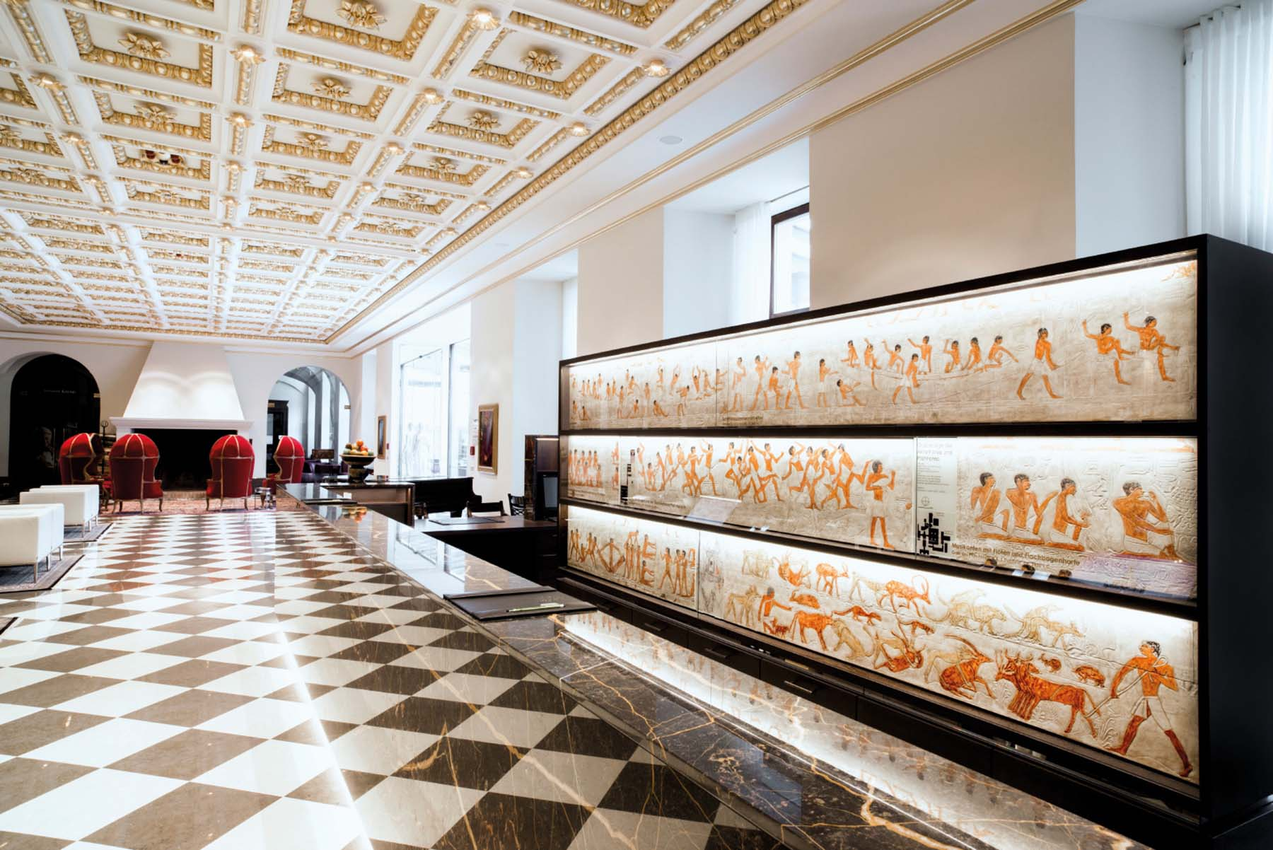 Derag Livinghotel De Medici. Der Empfang leuchtet in hellem Marmor und Blattgold.