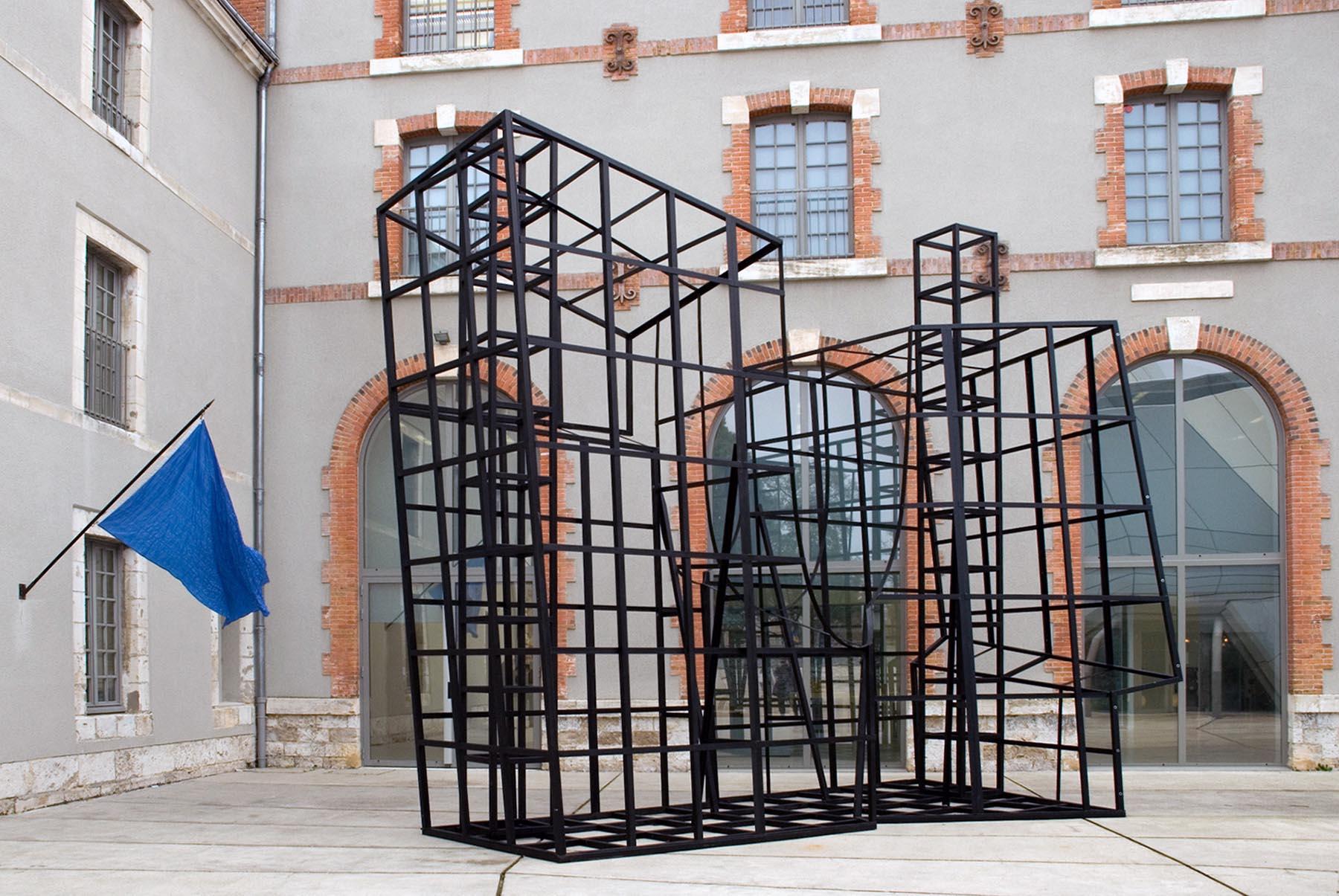 """FRAC Centre-Val de Loire. Am Eingang empfangen zwei Arbeiten die Besucher: Die blaue Fahne von Nidal Chamekh (2017) und """"Estación #16"""" von Frida Escobedo (2017)."""
