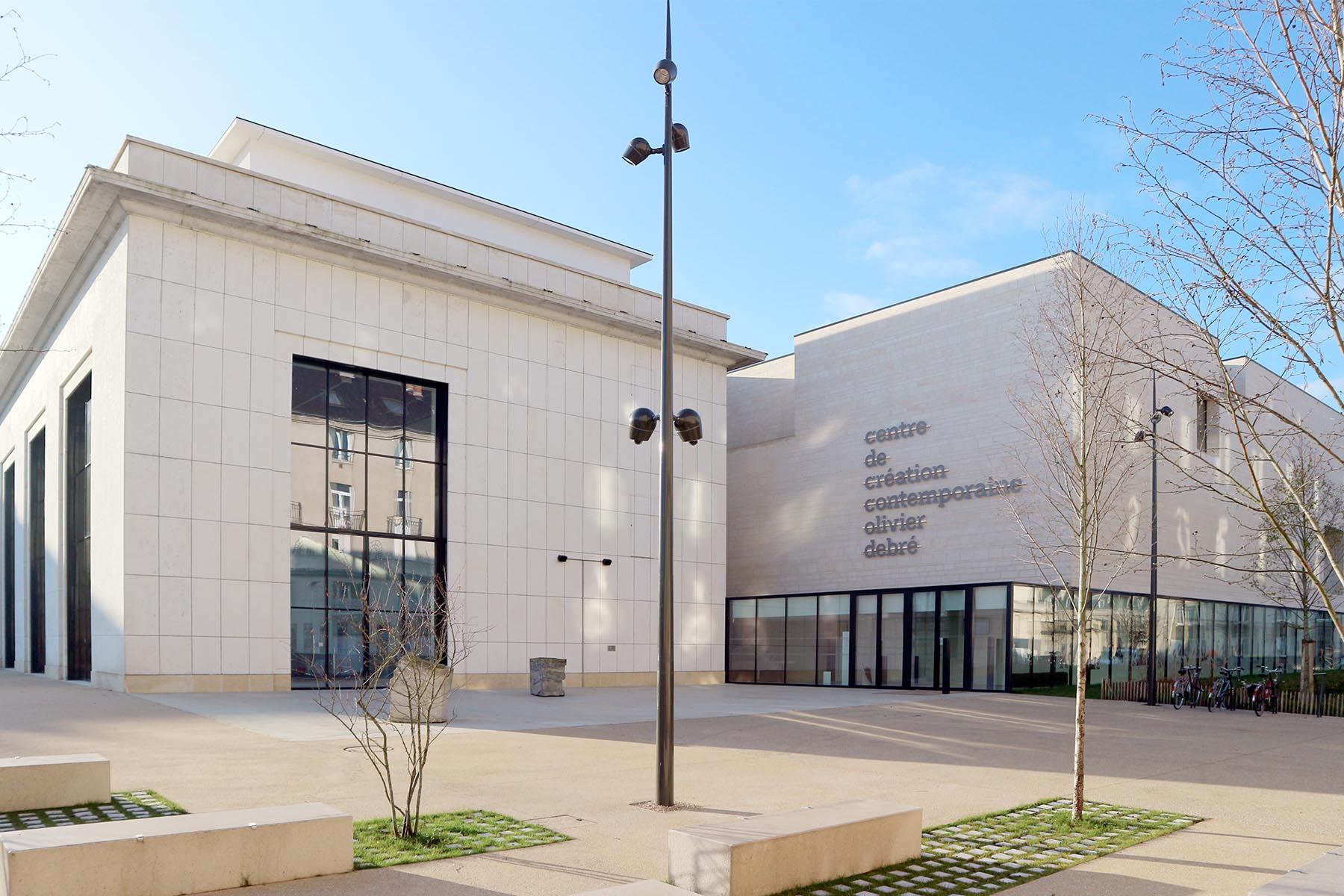 Tours. Sie entkernten und erweiterten eine bestehende Kunstakademie aus den 1950er-Jahren um einen schlichten Kubus mit gläsernem Sockelgeschoss.