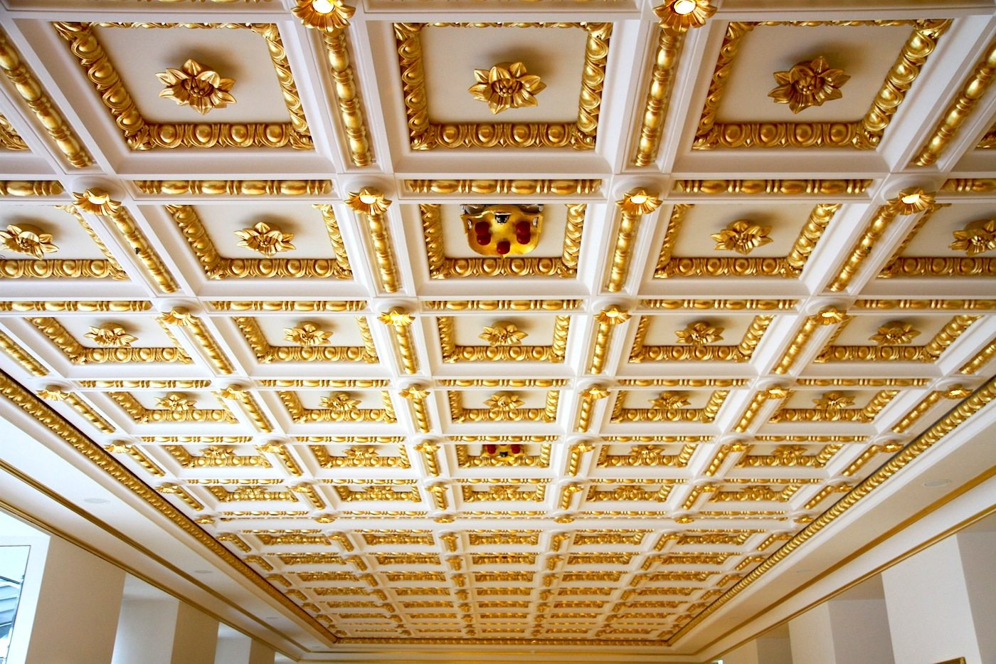Derag Livinghotel De Medici. Die Kassettendecke ist eine originalgetreue Nachbildung der Decke in der Basilica di San Lorenzo in Florenz.