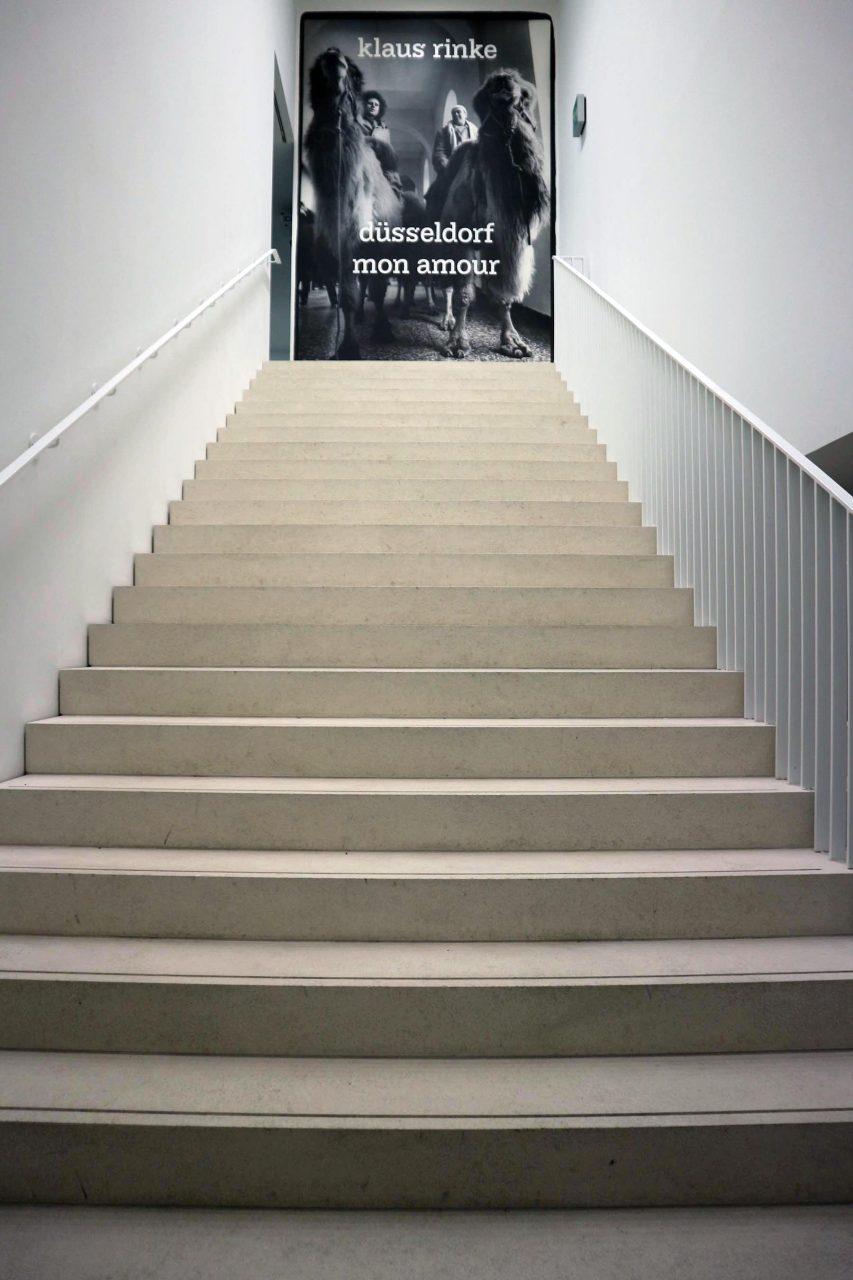 """Tours. Noch bis zum 1.4.2018 ist die Ausstellung """"Düsseldorf mon amour"""" des deutschen Künstlers Klaus Rinke zu sehen. Er war von 1974 bis 2004 Professor für Bildhauerei an der Kunstakademie Düsseldorf."""