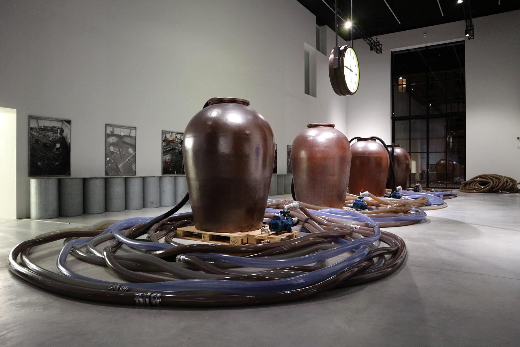 """Tours. In der großen Halle, der ehemaligen Kunstakademie, steht Rinkes Installation """"Instrumentarium"""", die in anderer Form bereits 1985 im Pariser Centre Pompidou zu sehen war. Uhren spielen in seinen Arbeiten eine wiederkehrende Rolle."""