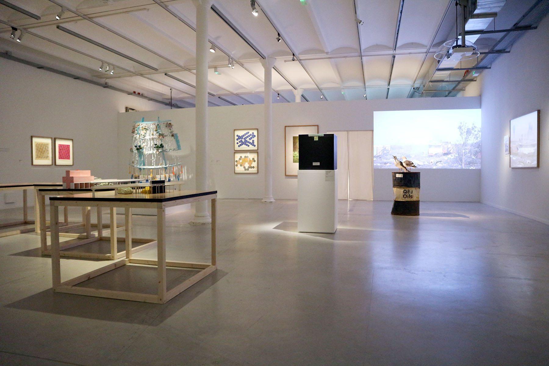FRAC Centre-Val de Loire. Die Kuratoren begreifen ihre Biennale als Ort des Zweifelns, als einen Ort, an dem Unterschiedliches, scheinbar Widersprüchliches und sich Widerstrebendes miteinander in Kontakt treten.