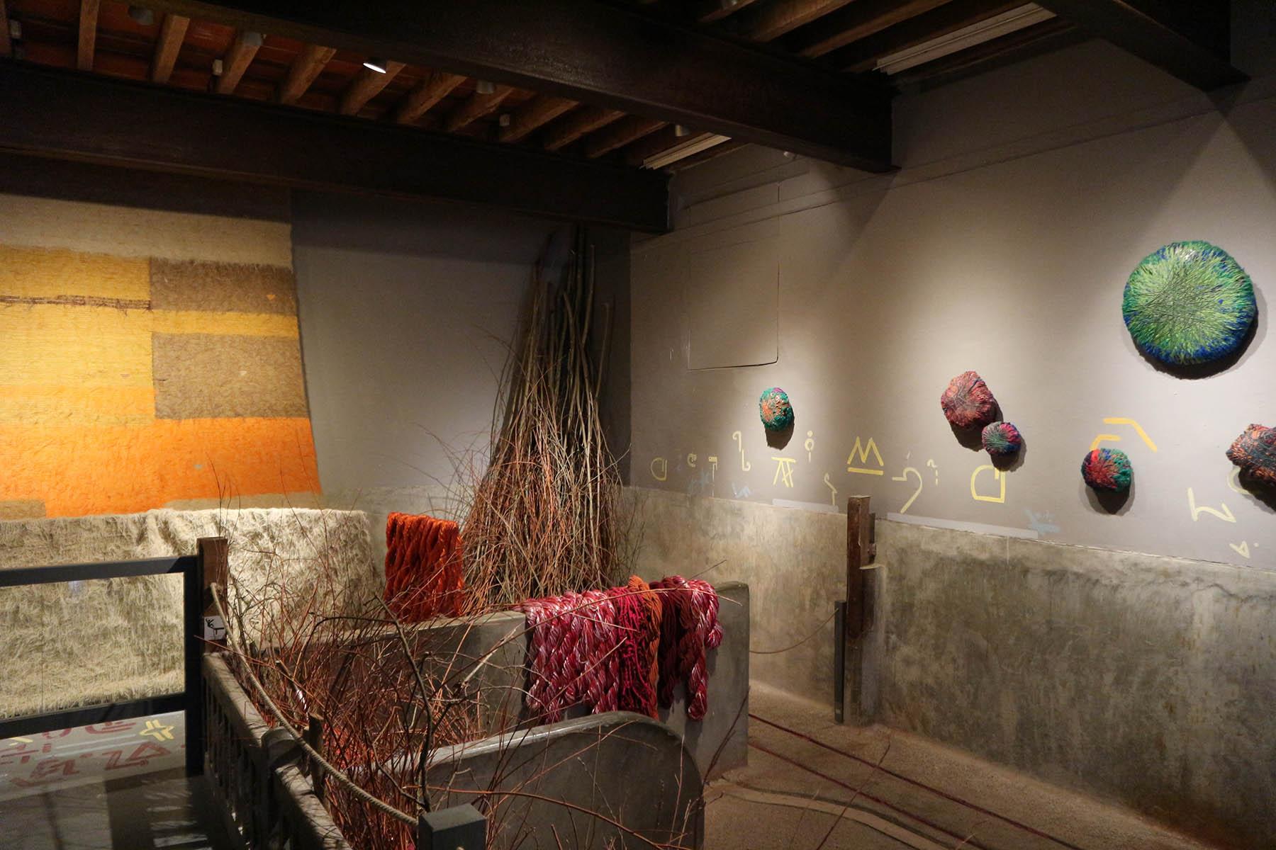 Chaumont-sur-Loire. Dort sind derzeit unter anderem Arbeiten von Sheila Hicks zu sehen. Sie verwendet Garne, Fasern und Farben, so wie ein Maler seine Pigmente verwendet.