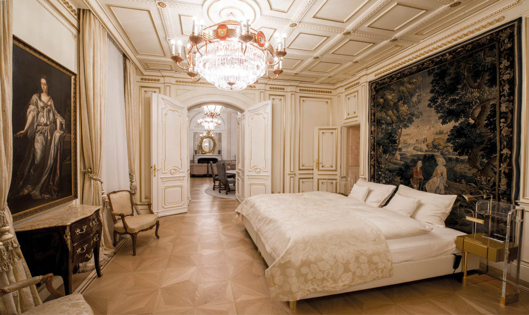 Derag Livinghotel De Medici. Opulent und geschichtsträchtig. In der jetzigen Kurfürstensuite befand sich früher einmal der Saal für standesamtliche Trauungen.