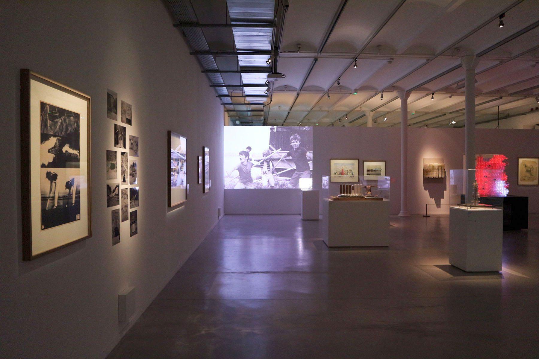 FRAC Centre-Val de Loire. Damani und Galofaro begreifen die Biennale selbst als eine verdichtete Assemblage verschiedener Ideen, die ein Mosaik der Realität rekonstruiert.