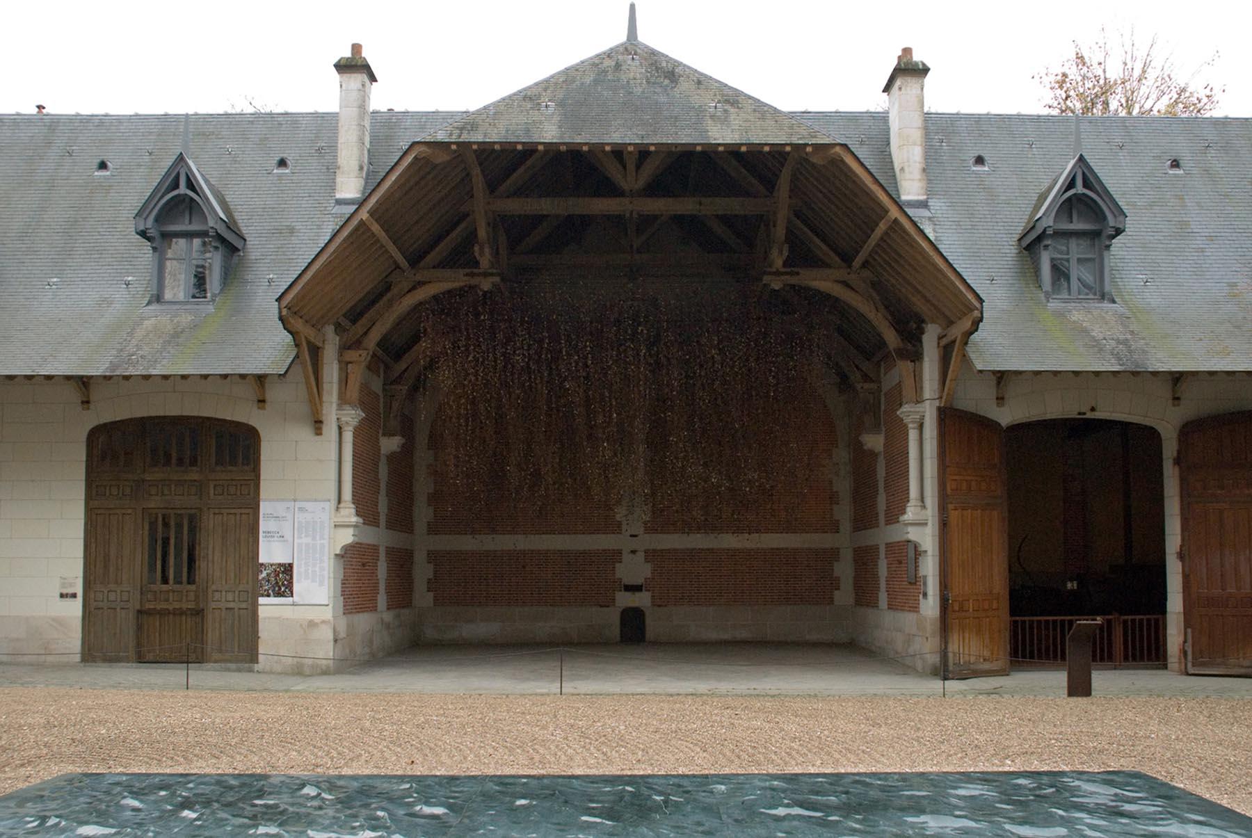 Chaumont-sur-Loire. In der Sattlerei sind prachtvolle Pferdegeschirre, insbesondere vom Hersteller Hermès, und moderne Kunst zu sehen.