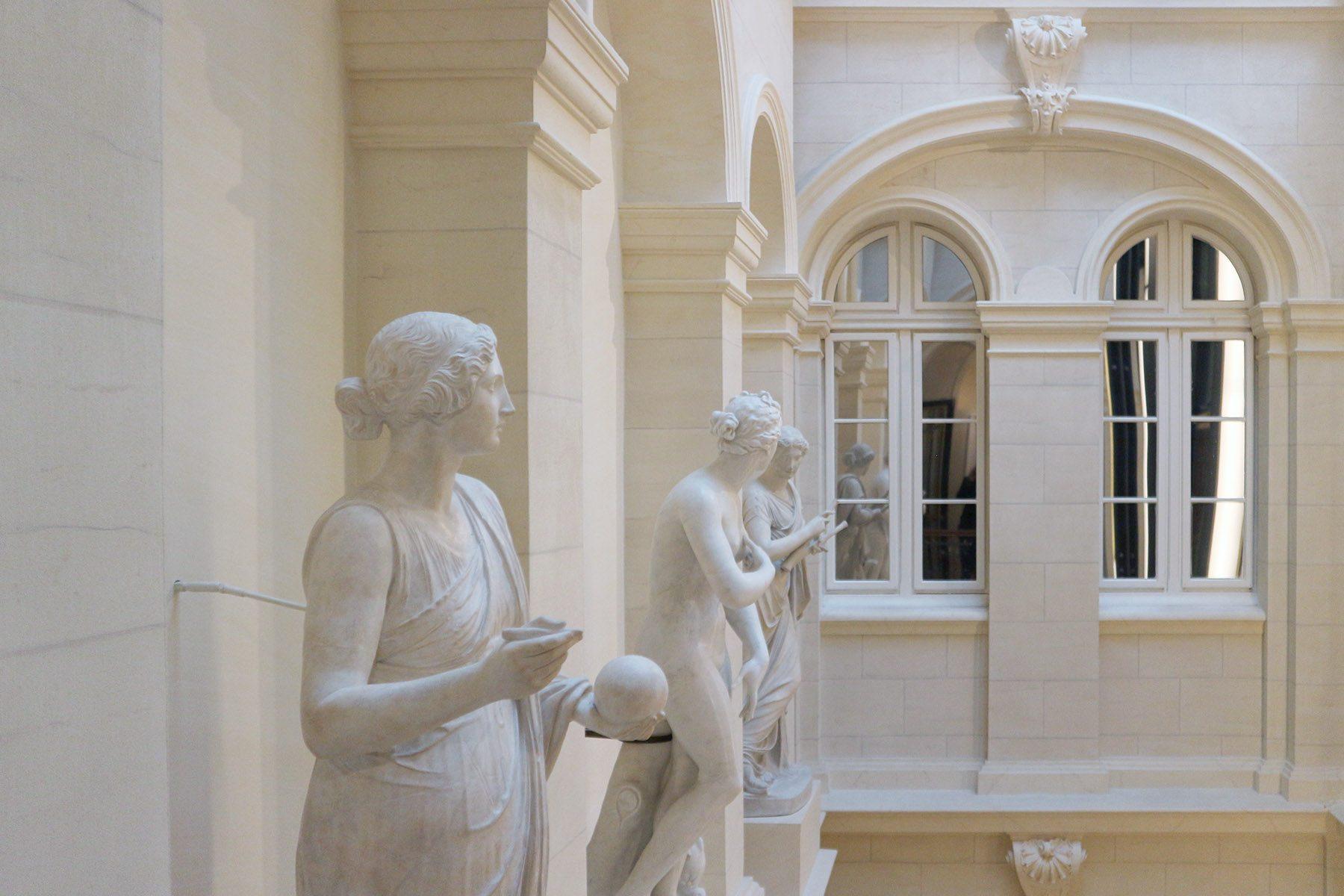 Derag Livinghotel De Medici. Musen und Aphrodite im Lichthof