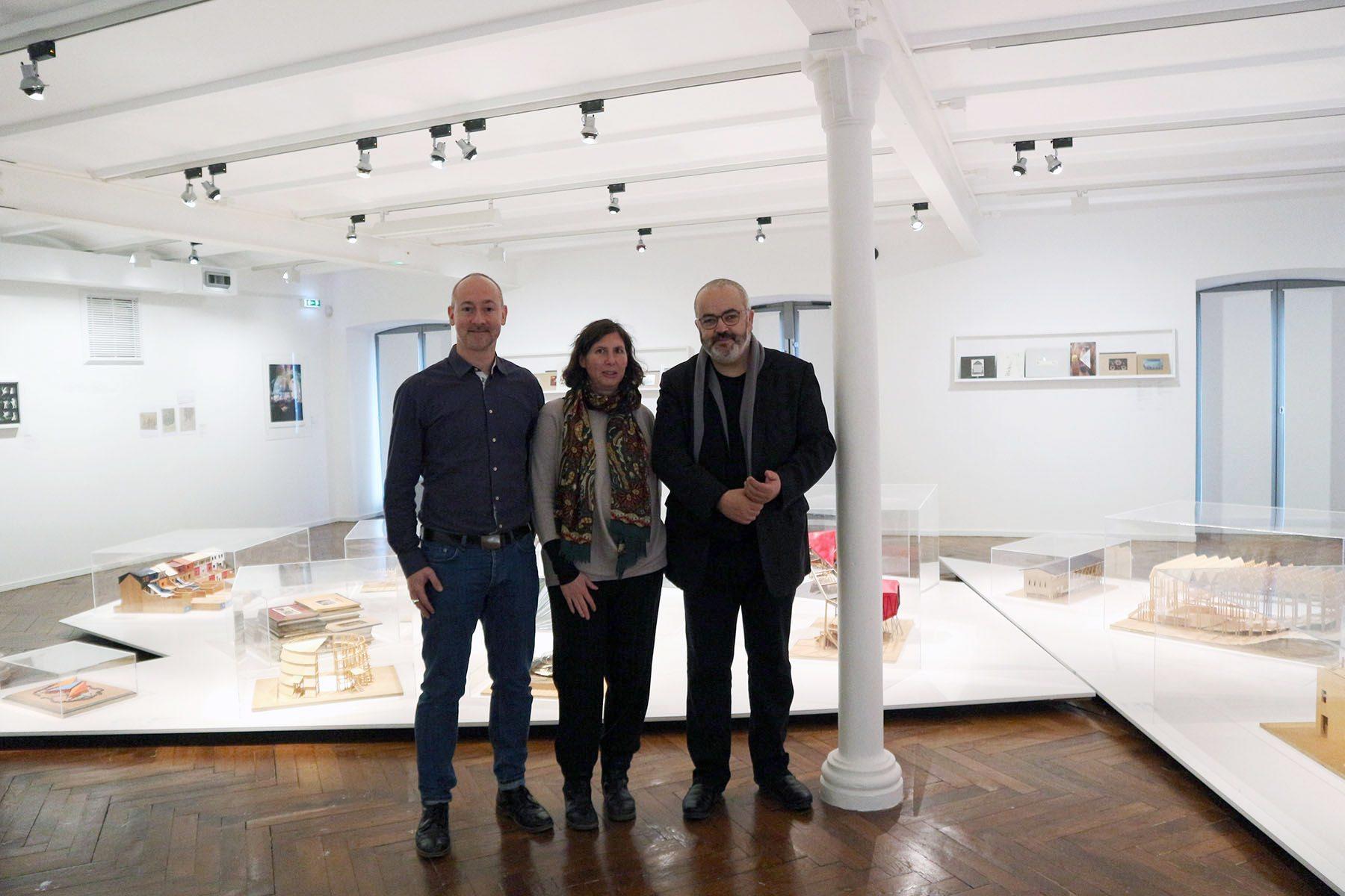 FRAC Centre-Val de Loire. Der Kurator Abdelkader Damani (re.) mit THE LINK-Autor Hendrik Bohle und der Fotokünstlerin Bettina Cohnen.