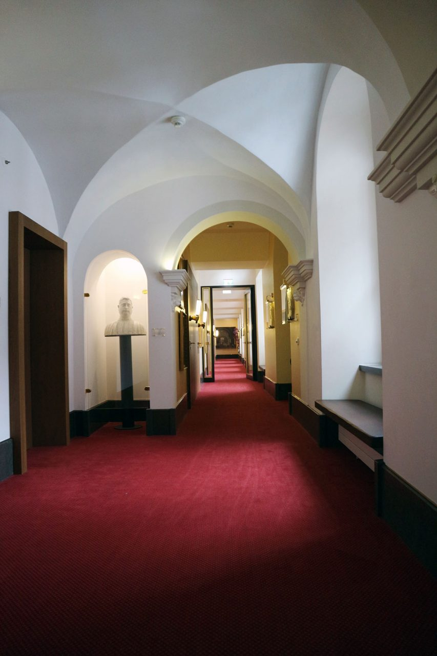 Derag Livinghotel De Medici. In den langen Wandelgängen des Klostertrakts finden sich Kunstexponate mit Sakralbezug.
