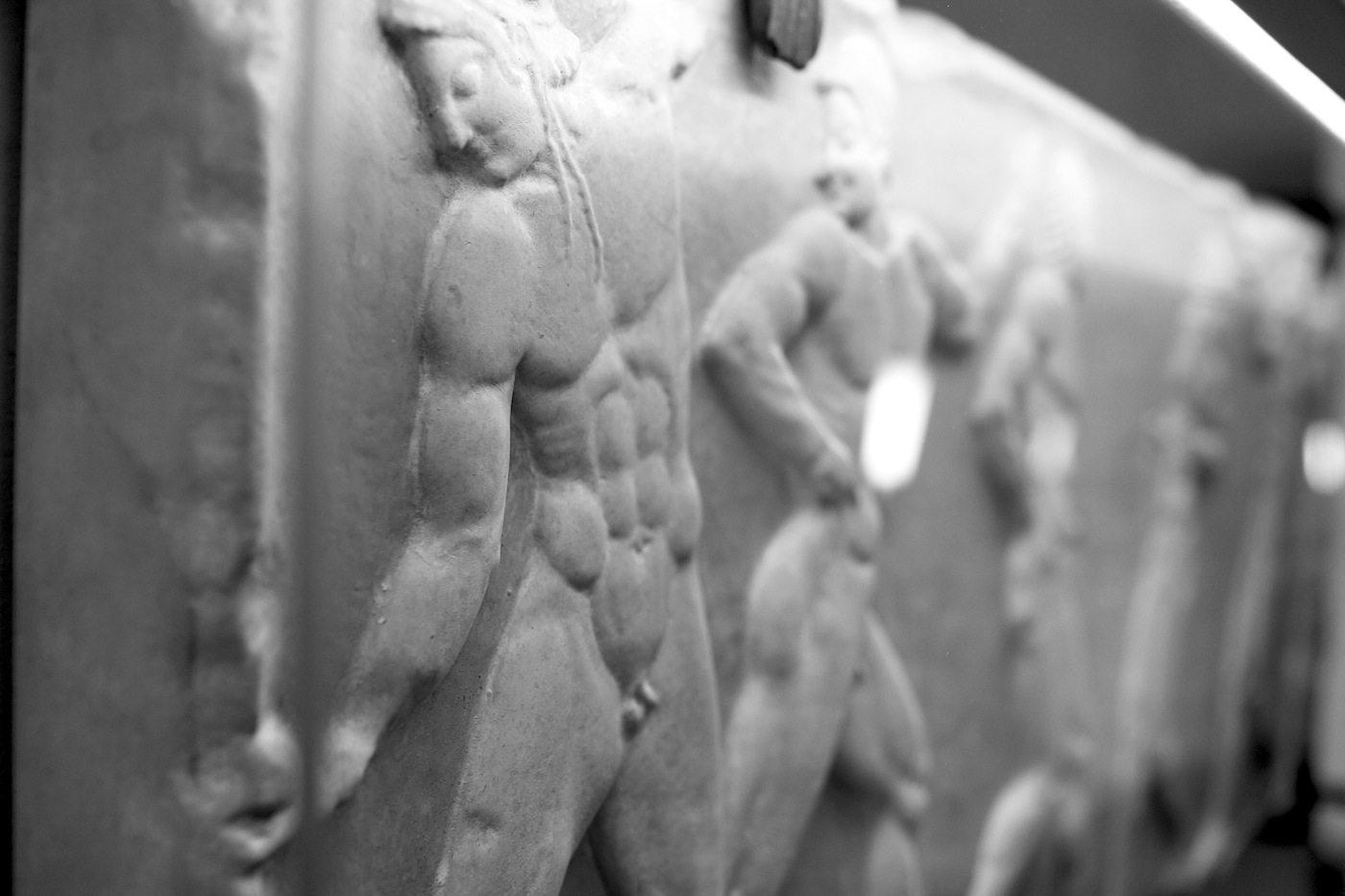Derag Livinghotel De Medici.  Das Marmorrelief zeigt Ballspieler aus Griechenland im 6. Jahrhundert v. Chr.