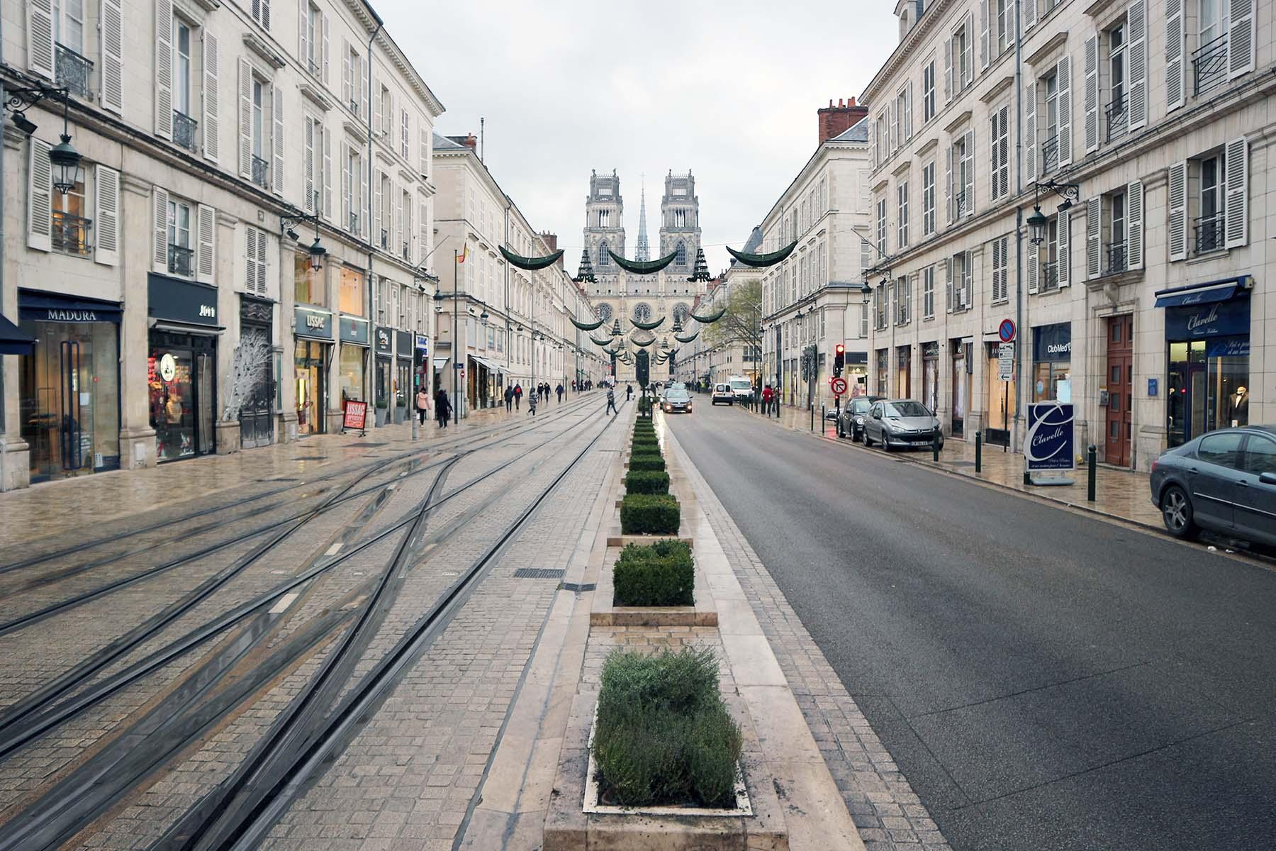 Orléans. Die Kathedrale Sainte-Croix d'Orléans am Ende der Rue Jeanne D'Arc.