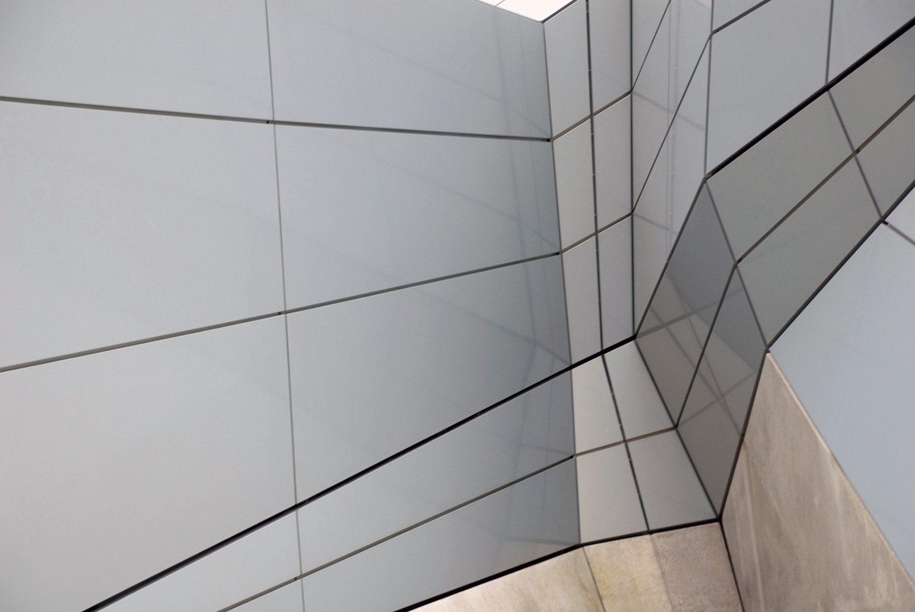 Orléans. Die röhrenförmige Metallstruktur besteht außen aus teilweise perforierten Aluminium-Paneelen ...