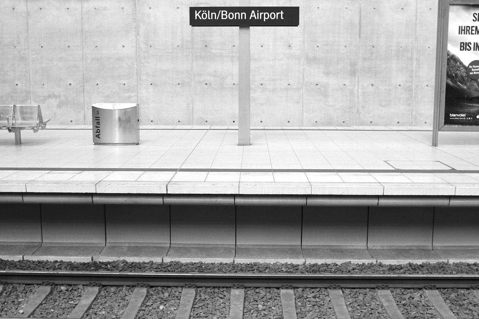 Flughafen Köln Bonn. Der CGN ist heute über Autobahnen und Schnellstraßen sowie mit ICE, S-Bahn und Regionalexpress direkt zu erreichen. Das Bild zeigt den von Helmut Jahn geplanten Flughafenbahnhof.