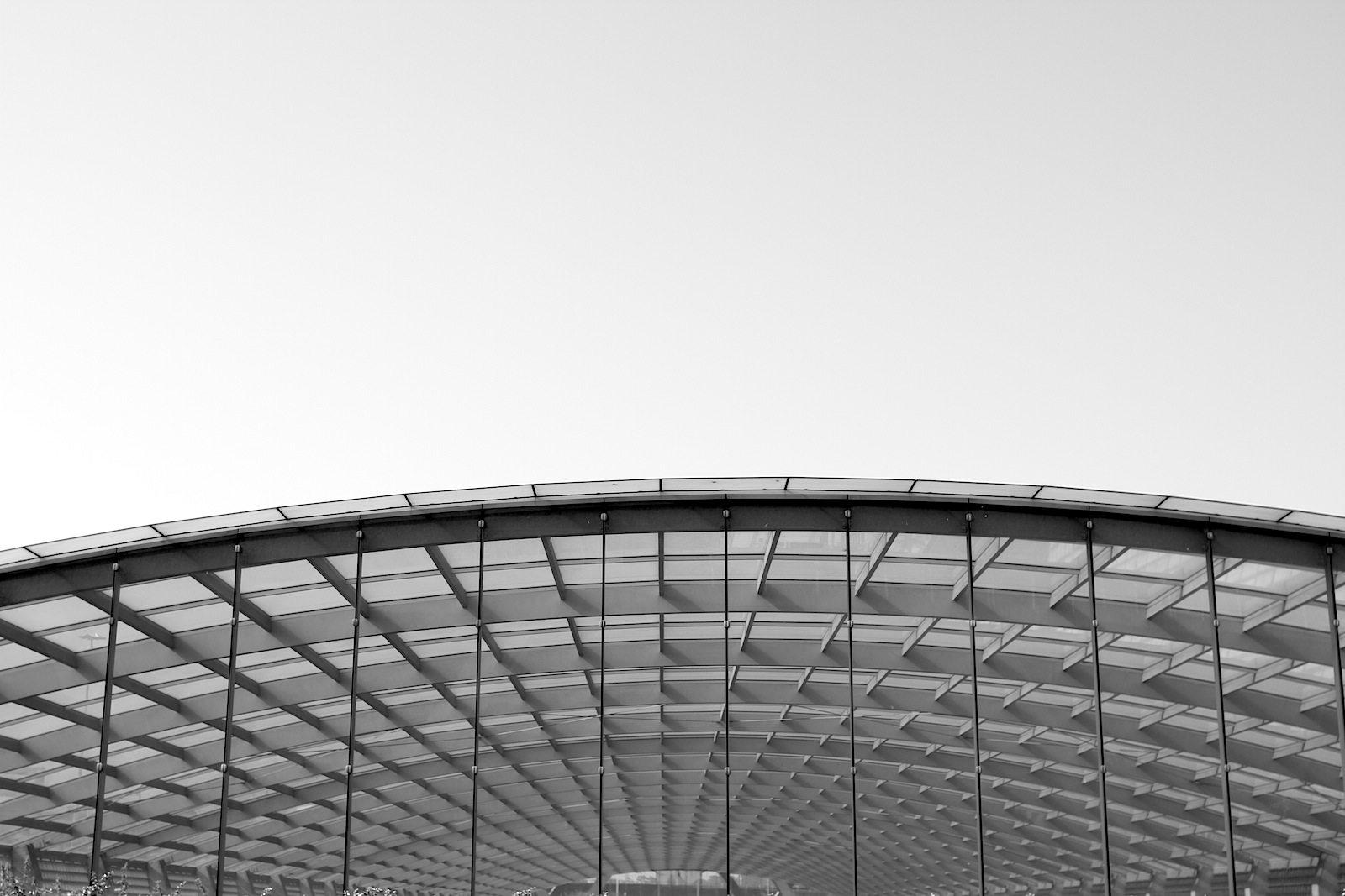 Flughafen Köln Bonn. Ein ca. 20 Meter tiefer Bahnhof mit einem 156 Meter langen, gewölbten Glasdach