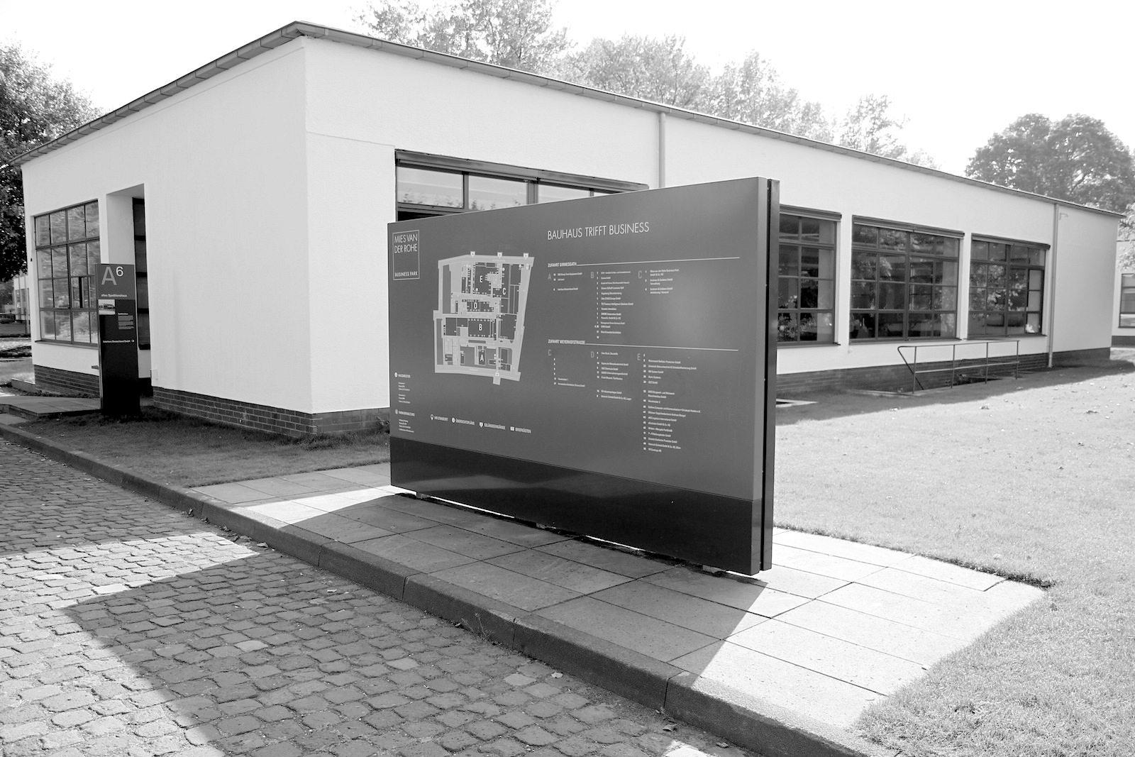 Mies van der Rohe Business Park. ... Materialauswahl mit damaligen neuen technischen Errungenschaften.